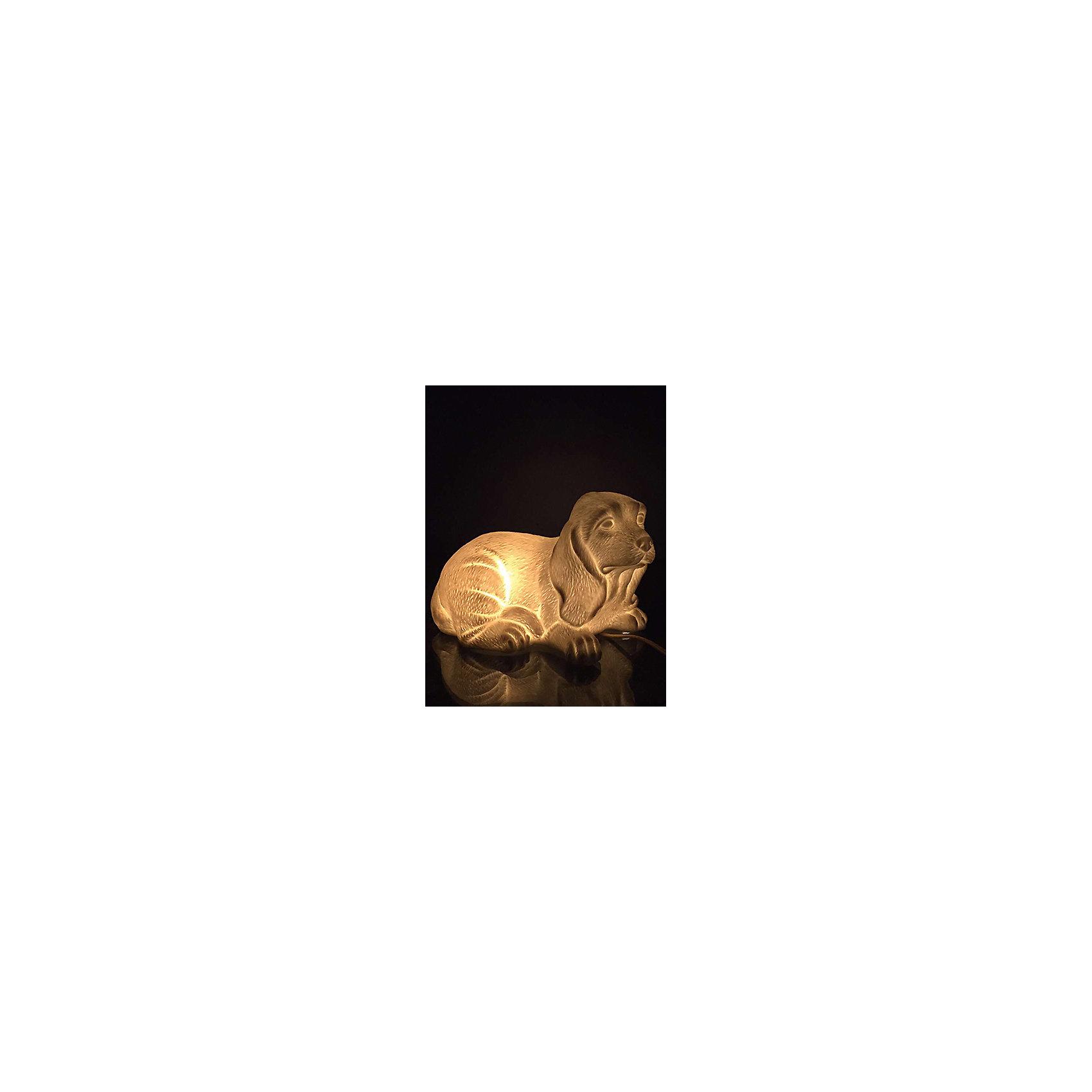 Лампа настольная Собака, электрическая из фарфора, Феникс-ПрезентЛампы, ночники, фонарики<br>Лампа настольная Собака, электрическая из фарфора, Феникс-Презент<br><br>Характеристики:<br><br>• красивый светильник в форме собаки<br>• лампа накаливания 220-250 В, 50 Гц<br>• материал: фарфор<br>• размер: 21х12,5х15 см<br><br>Мягкий свет и оригинальная форма светильника Собака порадуют любителей необычных предметов интерьера. Лампа изготовлена из качественного фарфора и выполнена в виде лежащей собаки. Оригинальная собачка займет достойное место у вас дома! Размер светильника - 21х12,5х15 сантиметров.<br><br>Лампу настольную Собака, электрическую из фарфора, Феникс-Презент вы можете купить в нашем интернет-магазине.<br><br>Ширина мм: 500<br>Глубина мм: 500<br>Высота мм: 350<br>Вес г: 10840<br>Возраст от месяцев: 120<br>Возраст до месяцев: 2147483647<br>Пол: Унисекс<br>Возраст: Детский<br>SKU: 5449759