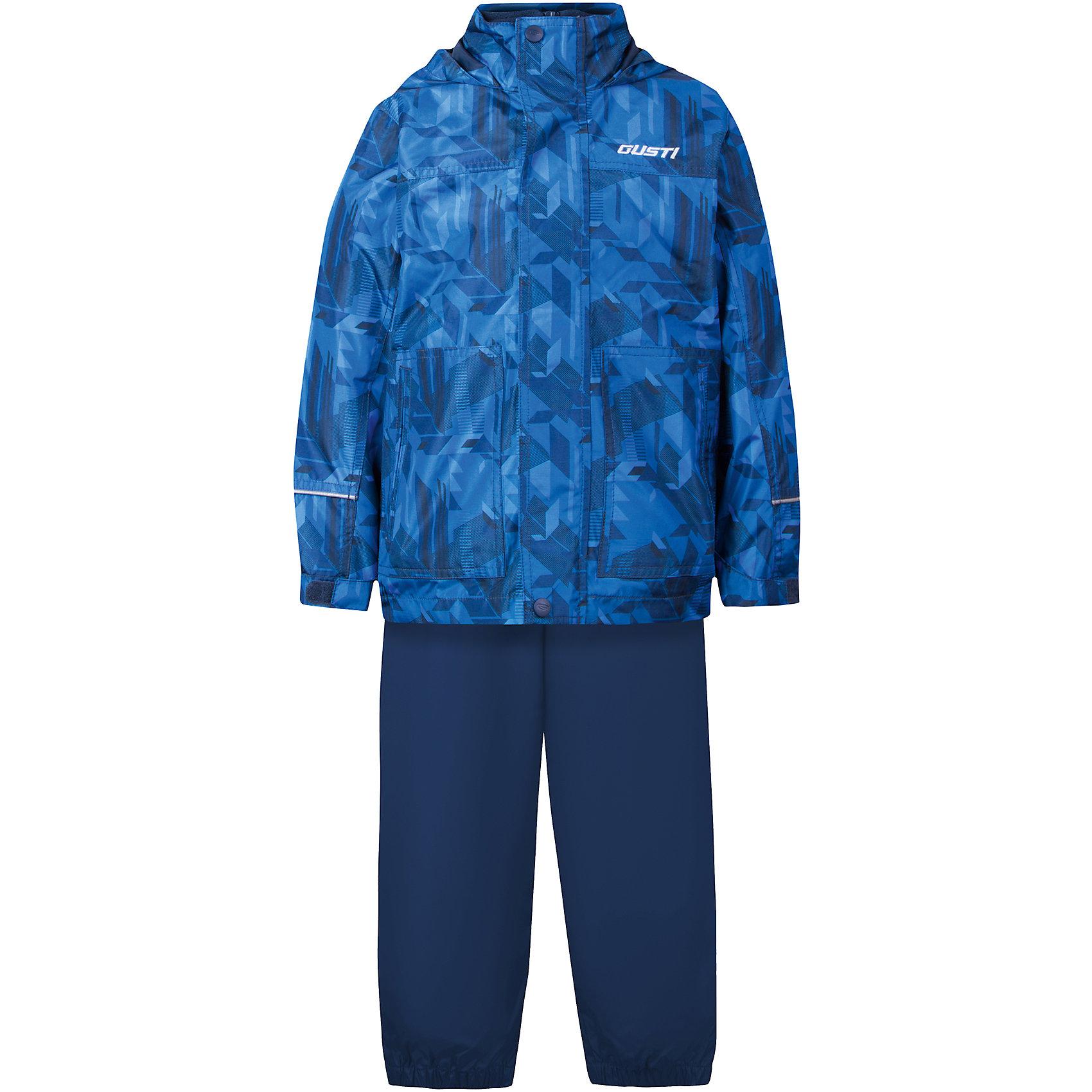 Комплект: куртка, толстовка и брюки для мальчика GustiВерхняя одежда<br>Характеристики товара:<br><br>• цвет: синий<br>• куртка: 100% полиэстер, съёмная флисовая толстовка: 100% полиэстер<br>• брюки: верх 100% полиэстер, подкладка 100% х/б<br>• без утеплителя<br>• комплектация: куртка, съемная флисовая подкладка, брюки<br>• температурный режим: от 0° С до +15° С<br>• водонепроницаемость: 2000 мм<br>• воздухопроницаемость: 2000 мм<br>• ветронепродуваемый<br>• капюшон не отстёгивается<br>• пять внешних карманов<br>• съемные подтяжки<br>• брючины эластичные<br>• светоотражающие элементы<br>• молния<br>• страна бренда: Канада<br><br>Этот демисезонный комплект из куртки, пристегивающейся к ней толстовки из флиса, и штанов поможет обеспечить ребенку комфорт и тепло. Предметы удобно садятся по фигуре, отлично смотрятся с различной обувью. Комплект очень модно выглядит, он хорошо защищает от ветра и влаги. Материал отлично подходит для дождливой погоды. Стильный дизайн разрабатывался специально для детей.<br><br>Комплект: куртка, толстовка и брюки для мальчика от известного бренда Gusti (Густи) можно купить в нашем интернет-магазине.<br><br>Ширина мм: 356<br>Глубина мм: 10<br>Высота мм: 245<br>Вес г: 519<br>Цвет: синий<br>Возраст от месяцев: 18<br>Возраст до месяцев: 24<br>Пол: Мужской<br>Возраст: Детский<br>Размер: 92,128,140,152,98,100,104,110,116,120,122<br>SKU: 5452362