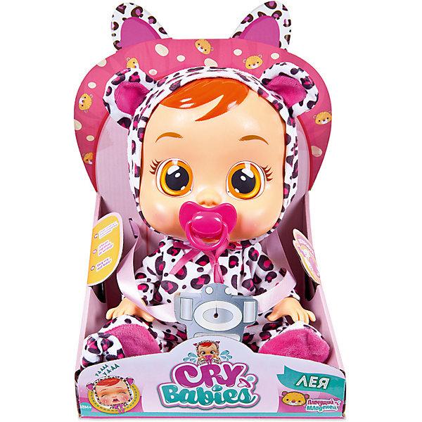 Плачущий младенец IMC Toys «Crybabies» ЛеяКуклы<br>Характеристики:<br><br>• функциональная кукла в костюме тигренка;<br>• коллекция: Плачущий младенец;<br>• имя куклы: Лея;<br>• что умеет делать Лея: плачет, всхлипывает, вздыхает;<br>• аксессуары: пустышка на ленточке;<br>• тип батареек: 2 шт. типа LR03х1.5VхААА;<br>• батарейки в комплекте;<br>• материал: ПВХ, текстиль, пластик;<br>• высота куклы: 31 см;<br>• размер упаковки: 35х25х15 см.<br><br>Плачущий младенец Лея с виниловым тельцем и съемной одежкой любит наряжаться. Костюм тигренка в виде комбинезончика с капюшоном, декорированным ушками очень идет ровозощекой куколке по имени Лея. Но когда Лея чем-то расстроена или грустит, по её щёчкам катятся крупные слёзки. Как же успокоить малышку? Просто предложить ей пустышку или уложить на спинку. Тогда Лея успокоится и перестанет плакать. <br><br>Чтобы кукла плакала настоящими слезами, необходимо наполнить резервуар, который расположен на затылке куклы, предварительно вставив пустышку в рот куклы, чтобы вода не протекла. Резервуар наполняется очищенной бытовыми фильтрами водой.<br><br>Плачущий младенец IMC Toys «Crybabies» Лея можно купить в нашем интернет-магазине.<br>Ширина мм: 316; Глубина мм: 228; Высота мм: 170; Вес г: 760; Цвет: розовый; Возраст от месяцев: 18; Возраст до месяцев: 48; Пол: Женский; Возраст: Детский; SKU: 5466289;