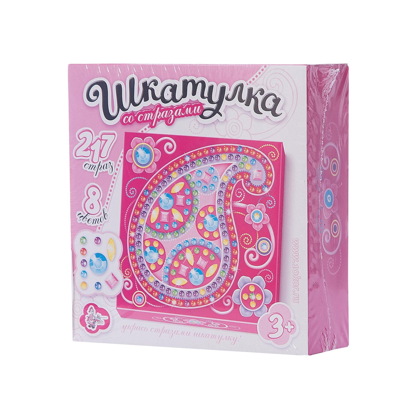 Шкатулка Узор, Десятое королевствоРукоделие<br>Шкатулка Узор, Десятое королевство<br><br>Характеристики:<br><br>• Возраст: от 5 лет<br>• Размер готовой игрушки: 15х15см<br>• Материал: картон, акрил, метал<br>• В комплекте: заготовка шкатулки, 217 страз 8 цветов<br><br>Этот замечательный набор позволяет ребенку самостоятельно собрать для себя яркую и красивую шкатулку с очаровательным рисунком. Благодаря устройству набора, форму для шкатулку довольно просто сложить, а для украшения удобно использовать идущие в наборе стразы, которые можно приклеивать прямо по номерам. Итоговый размер шкатулки - 10,5 х 10,5 х 4,5 см. Работа с набором развивает усидчивость и мелкую моторику.<br><br>Шкатулка Узор, Десятое королевство можно купить в нашем интернет-магазине.<br><br>Ширина мм: 153<br>Глубина мм: 153<br>Высота мм: 47<br>Вес г: 140<br>Возраст от месяцев: 60<br>Возраст до месяцев: 84<br>Пол: Женский<br>Возраст: Детский<br>SKU: 5471655