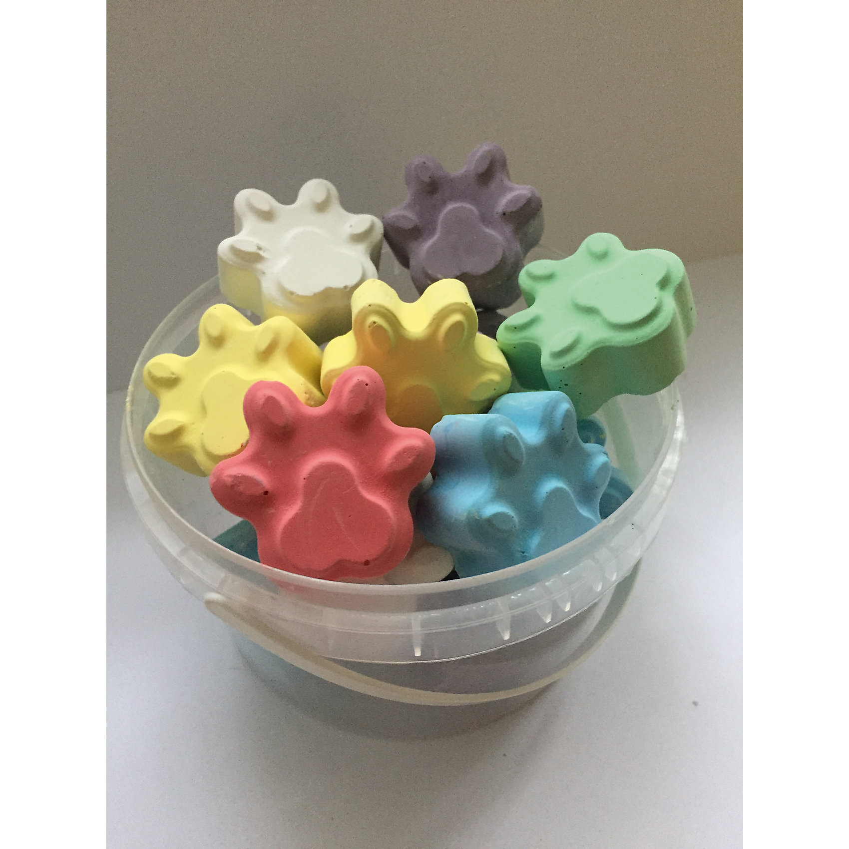 Мелки асфальтовые цветные в ведерке ЛапкиМелки для асфальта<br>Мелки асфальтовые цветные в ведерке Лапки.<br><br>Характеристики:<br><br>• В наборе: 14 разноцветных мелков<br>• Упаковка: пластиковое ведерко<br>• Размер упаковки: 10х10х6,5 см.<br>• Вес в упаковке: 270 гр.<br><br>Мелки асфальтные цветные в ведерке Лапки – помогут юным художникам преобразить мир вокруг. Мелки пригодятся для игры в классики, помогут создать огромные картины на асфальте и прекрасные рисунки на доске дома, в школе или в детском саду. Мелки выполнены в форме лапок, что привлечет внимание ребенка и будет стимулировать интерес к рисованию. <br><br>Мелки имеют яркие насыщенные цвета, легко наносятся, так что рисовать ими - одно удовольствие! Мелки упакованы в пластиковое ведро, в котором их удобно брать с собой на прогулку и хранить. Рисование мелками развивает не только моторику рук, но и стимулирует творческое воображение, фантазию, цветовосприятие. Мелки безопасны при использовании по назначению.<br><br>Мелки асфальтовые цветные в ведерке Лапки можно купить в нашем интернет-магазине.<br><br>Ширина мм: 100<br>Глубина мм: 100<br>Высота мм: 65<br>Вес г: 280<br>Возраст от месяцев: 36<br>Возраст до месяцев: 2147483647<br>Пол: Унисекс<br>Возраст: Детский<br>SKU: 5482095