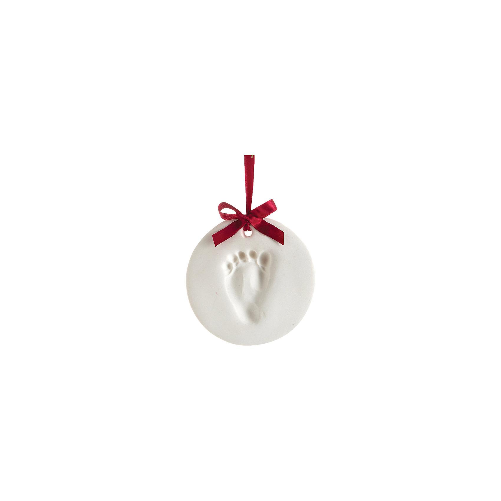 Подарок на ленточке Пяточка-Ладошка (Отпечаток) Шар, PearheadХарактеристики:<br><br>• Пол: универсальный<br>• Тематика рисунка: без рисунка<br>• Цвет: белый, красный<br>• Материал: материал для изготовления слепка, дерево, сатин<br>• Комплектация: материал для изготовления слепка, деревянный валик, пуансон кольцевой, сатиновая лента, инструкция<br>• Форма медальона: круглый<br>• Размеры рамки (Д*Ш*В): 17*4*17 см <br>• Вес: 300 г <br>• Особенности ухода: допускается сухая и влажная чистка<br><br>Подарок на ленточке Пяточка-Ладошка (Отпечаток) Шар, Pearhead от американского торгового бренда, который специализируется на создании подарочных наборов для новорожденных и их родителей. Инновационные технологии, которые используются при создании наборов для изготовления слепков являются безопасными и не вызывают аллергии. <br><br>Разработанный специальным образом оттискно-слепочный материал обеспечивает чистое касание детской ручки или ножки. В набор входят необходимые материалы и инструменты для создания слепка в форме круглого медальона. Размер медальона позволяет сделать слепок детской ручки или ножки. В комплекте предусмотрена красная сатиновая лента.<br><br>Подарок на ленточке Пяточка-Ладошка (Отпечаток) Шар, Pearhead можно купить в нашем интернет-магазине.<br><br>Ширина мм: 40<br>Глубина мм: 165<br>Высота мм: 160<br>Вес г: 169<br>Возраст от месяцев: 0<br>Возраст до месяцев: 84<br>Пол: Унисекс<br>Возраст: Детский<br>SKU: 5482412