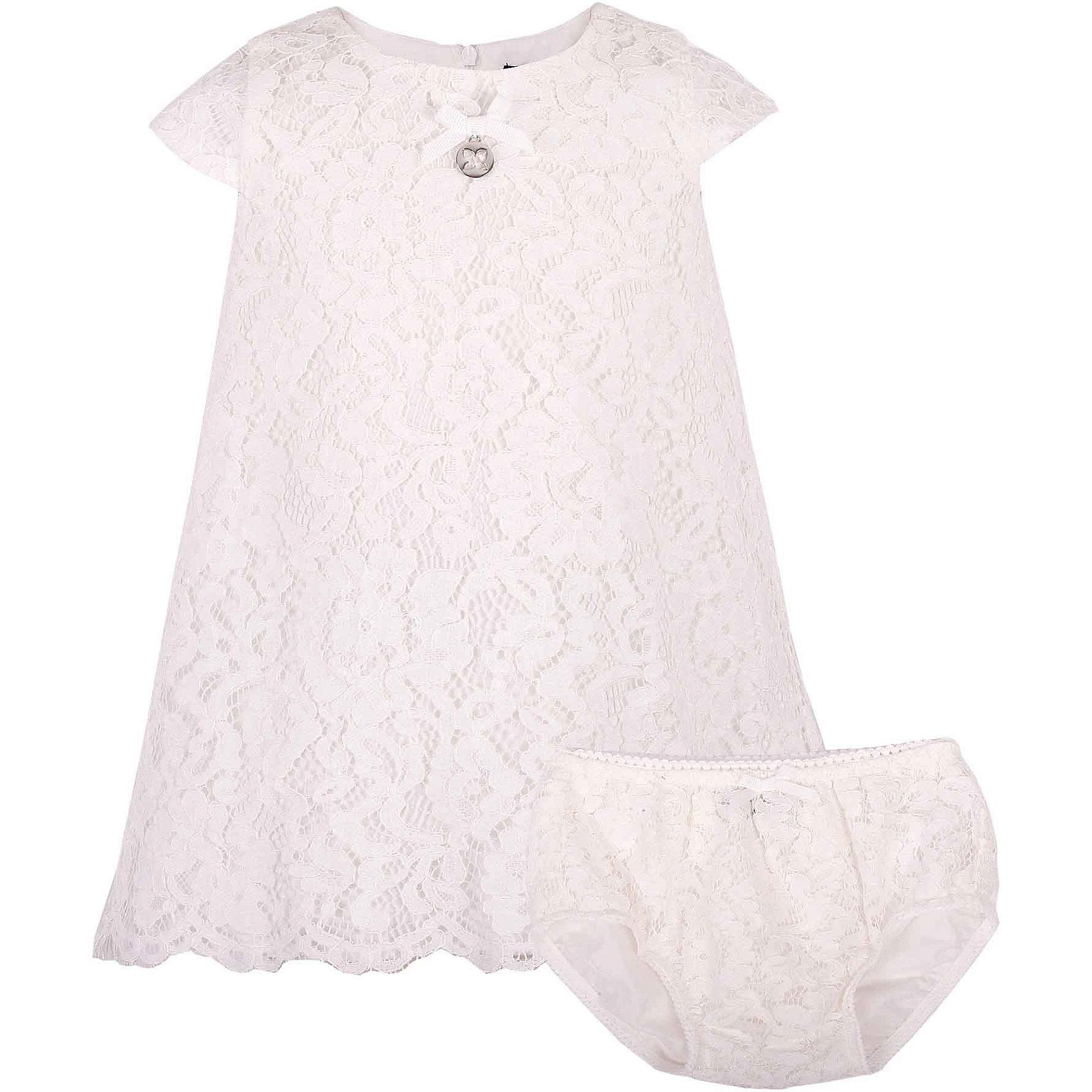 Комплект: платье и шорты для девочки GulliverКомплекты<br>В сезоне Весна/Лето 2017 кружево не только не сдает своих позиций, а, напротив, набирает обороты. Белое кружевное платье из коллекции Акварель - олицетворение благородства и чистоты. Это платье отлично впишется в летний гардероб малышки, не нарушив ее комфорта.  Если вы предпочитаете иметь в гардеробе девочки хотя бы одну стильную нарядную вещь, вам стоит купить платье из коллекции Акварель и вашему ребенку гарантирован образ юной принцессы с хорошим вкусом и благородными манерами. Завершат образ малышки очаровательные кружевные трусы, скрывающие подгузник.<br>Состав:<br> 100% хлопок/ 100% полиэстер<br><br>Ширина мм: 191<br>Глубина мм: 10<br>Высота мм: 175<br>Вес г: 273<br>Цвет: белый<br>Возраст от месяцев: 12<br>Возраст до месяцев: 18<br>Пол: Женский<br>Возраст: Детский<br>Размер: 86,80,80<br>SKU: 5483365