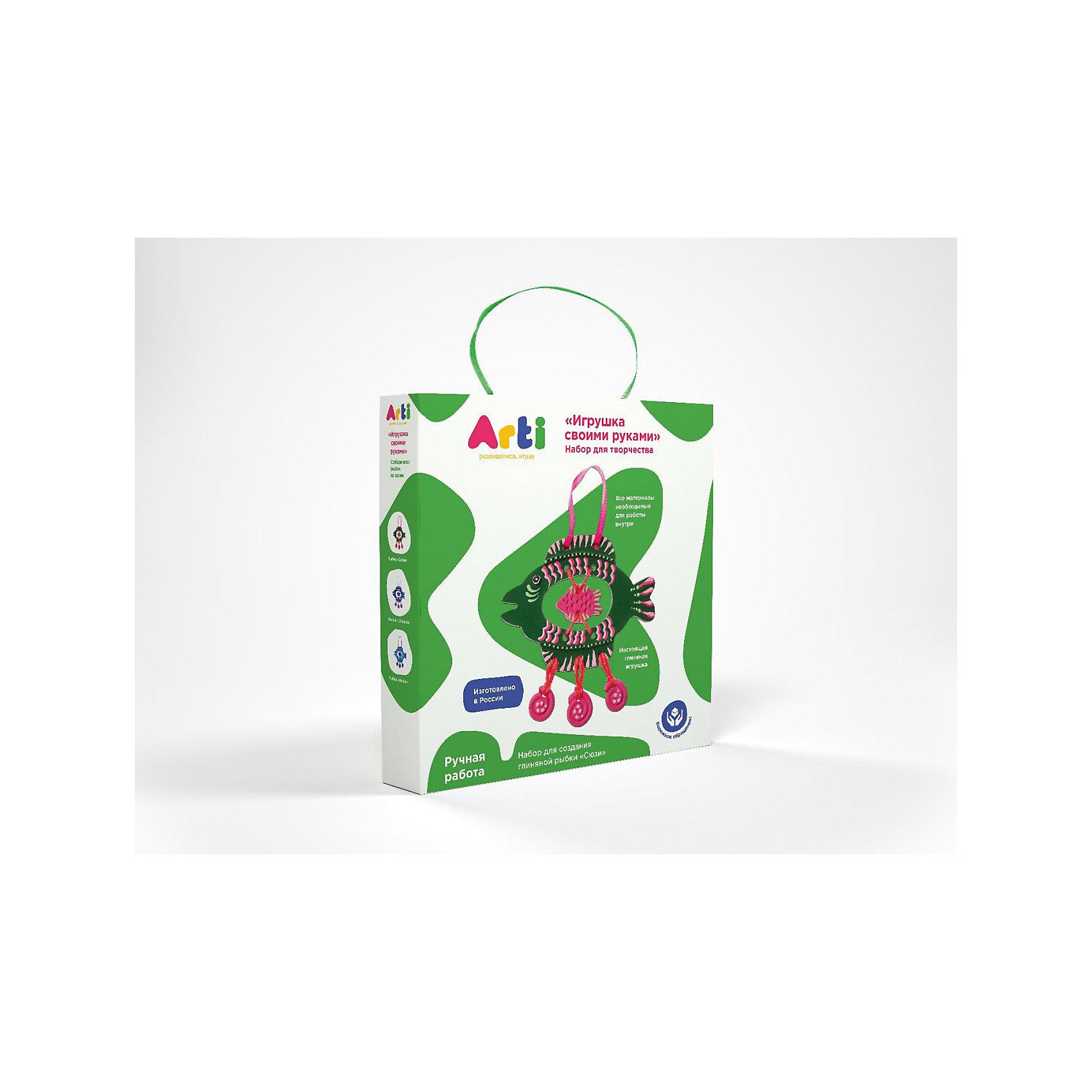 Набор для творчества Глиняная рыбка СюзиНабор для творчества Глиняная рыбка Сюзи.<br><br>Характеристика: <br><br>• Возраст: от 3 лет<br>• Материал: глина, текстиль, краски, дерево, шерсть. <br>• Размер упаковки: 3х18х18 см. <br>• Комплектация: детали рыбки, акриловые краски, кисть, шерстяные нити, деревянная палочка для работы с нитями, ленточка для подвеса изделия.<br>• Объем 1 баночки с краской: 5 мл.<br>• Развивает моторику рук, мышление, внимание. фантазию, творческие способности. <br><br>С помощью этого замечательного набора ваш ребенок сможет создать яркую глиняную фигурку и раскрасить ее по своему вкусу. Все детали набора выполнены из высококачественных материалов. Доступная простая инструкция позволит детям самим сделать свою рыбку. Получившаяся фигурка обязательно украсит стену детской или же станет отличным подарком, сделанным своими руками. <br><br>Набор для творчества Глиняная рыбка Сюзи можно купить в нашем интернет-магазине.<br><br>Ширина мм: 180<br>Глубина мм: 180<br>Высота мм: 30<br>Вес г: 220<br>Возраст от месяцев: 36<br>Возраст до месяцев: 2147483647<br>Пол: Унисекс<br>Возраст: Детский<br>SKU: 5487923