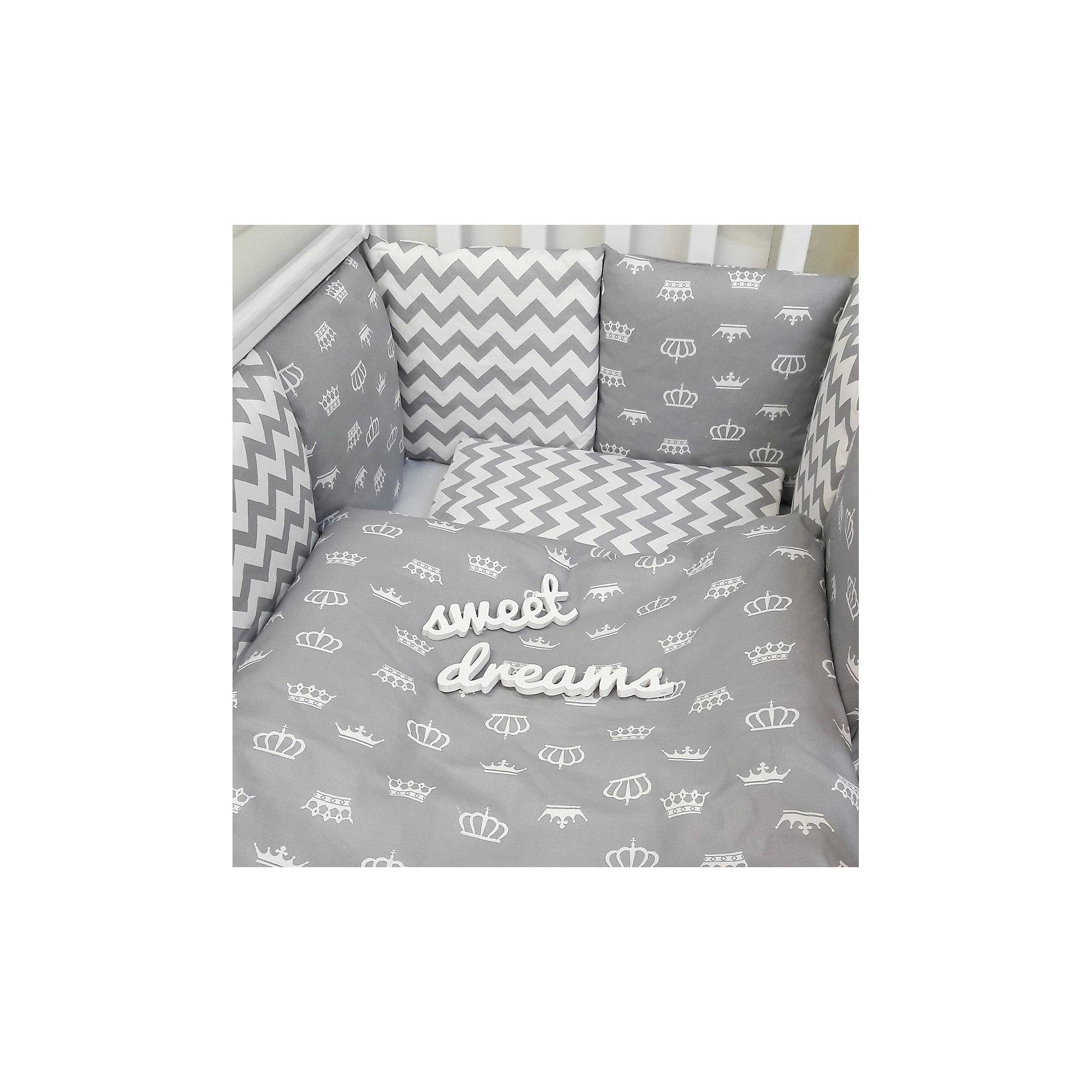 Постельное белье Короны 6 пред., by Twinz, серыйПостельное бельё<br>Характеристики:<br><br>• Вид домашнего текстиля: постельное белье<br>• Тип постельного белья по размерам: детское<br>• Пол: универсальный<br>• Материал: сатин, 100% <br>• Наполнитель одеяла и подушки: холофайбер, 100% (лебяжий пух)<br>• Цвет: белый, серый<br>• Тематика рисунка: короны, геометрия<br>• Комплектация: <br> бортики-подушки 59*44 см – 6 шт.<br> наволочки на бортики 60*45 см – 6 шт.<br> пододеяльник 105*145 см – 1 шт. <br> одеяло 100*140 см – 1 шт. <br> простынь на резинке 125*65 см – 1 шт. <br> подушка 35*45 см – 1 шт. <br> наволочка 36*46 см – 1 шт. <br>• Сособ крепления бортиков ук кроватке: завязки<br>• Съемные наволочки у бортиков на молнии <br>• Вес в упаковке: 3 кг<br>• Размеры упаковки (Д*Ш*В): 58*18*58 см<br>• Особенности ухода: машинная стирка при температуре 30 градусов без использования отбеливающих веществ<br><br>Постельное белье Короны 6 пред., by Twinz, серый изготовлено под отечественным торговым брендом, выпускающим текстиль и мебель из натуральных материалов для новорожденных и детей. Комплект состоит из шести предметов: одеяла, подушки, пододеяльника, простыни, наволочки и комплекта бортиков. <br><br>Размер изделий подходит для деткских кроваток классических моделей размером 100*60 см и 125*65 см. Комплект выполнен из сатина, который обладает мягкостью, гигроскопичностью, гипоаллергенностью, прочностью полотна и яркостью расцветок. Тщательно выполненные внутренние швы на изделиях обеспечивают постельному белью длительный срок службы и защиту от деформации даже при частых стирках. Для одеяла, подушки и бортиков использован экологически безопасный и не вызывающий аллергии искусственное волокно – холлофайбер. <br><br>Комплект бортиков состоит из 6-ти подушек с наволочками на молниях. Подушки фиксируются к кроватке с помощью завязок. Простынь за счет резинок хорошо фиксируется на матрасике, что препятствует ее сползанию и сбиванию даже во время беспокойного сна. Постельное б