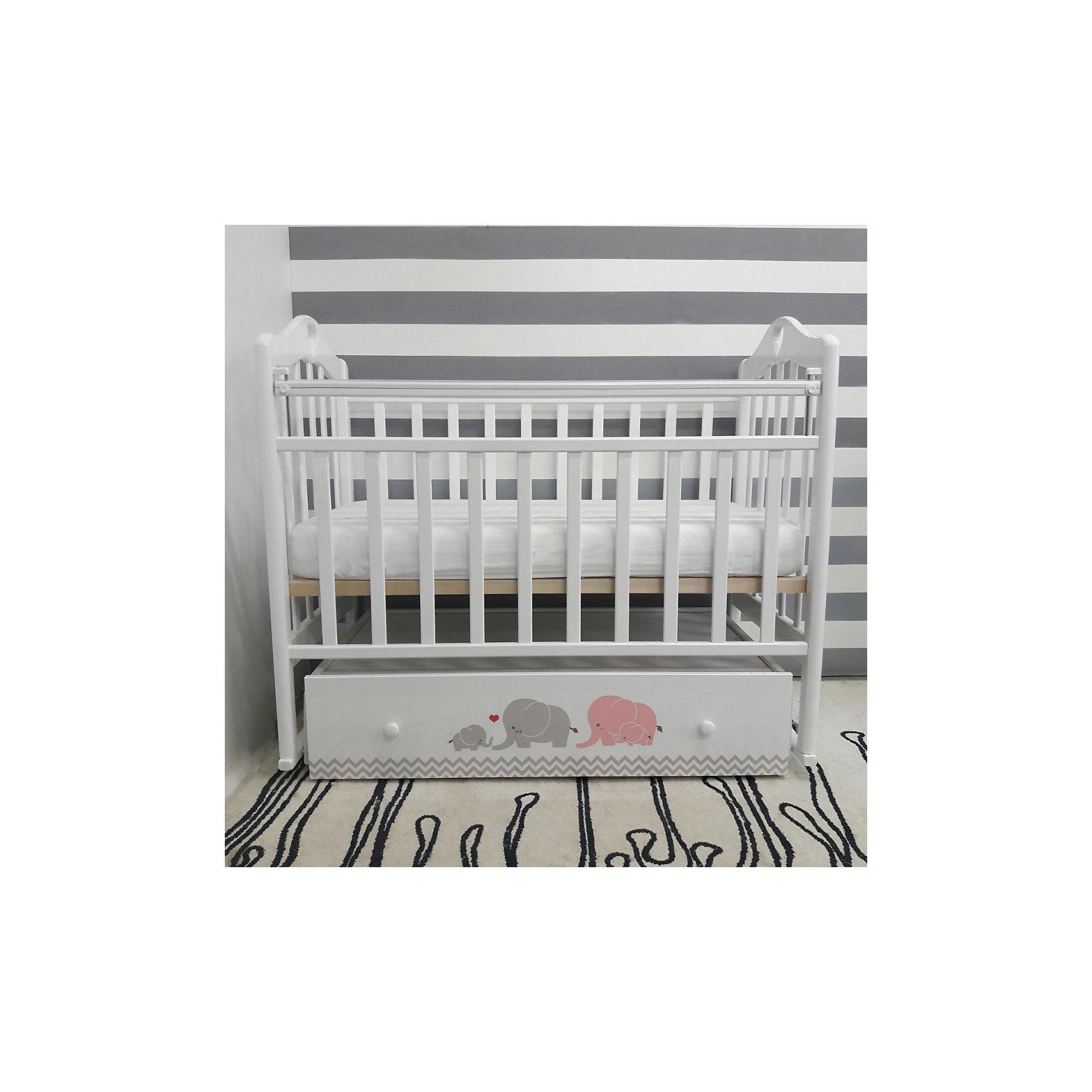 Кроватка Мэри, by Twinz, серый/розовыйХарактеристики:<br><br>• Вид детской мебели: кроватка<br>• Возраст: от 0 месяцев<br>• Пол: универсальный<br>• Размеры кроватки (Д*Ш*В): 125*68*100 см<br>• Тематика рисунка: слоники<br>• Цвет: розовый, серый, белый <br>• Материал: массив березы<br>• Наличие поперечного маятника<br>• Два уровня положения подматрасника<br>• Передняя стенка опускается <br>• Наличие закрытого ящика <br>• Размеры упаковки (Д*Ш*В): 124*14,5*74,5 см<br>• Вес: 35 кг <br>• Особенности ухода: допускается сухая и влажная чистка<br><br>Кроватка Мэри, by Twinz, серый/розовый изготовлена отечественным торговым брендом, выпускающим текстиль и мебель из натуральных материалов для новорожденных и детей. <br><br>Технология производства детской мебели и материалы, используемые при ее изготовлении, отвечают международным и отечественным требованиям безопасности. Массив березы, из которого изготовлена кроватка, окрашен нетоксичными и гипоаллергенными красками и обработан лаком. Кроватка оснащена поперечным маятником, что создает естественные условия для мягкого укачивания малыша. <br><br>Реечный подматрасник имеет ортопедическую форму, передняя стенка при нажатии на кнопки сбоку плавно и бесшумно опускается. В комплекте предусмотрен вместительный закрытые ящик, в котором можно хранить белье или игрушки. Ящик декорирован брендовым рисунком: бирюзово-розовые слоны придают мебели особую изысканность и оригинальность. <br><br>Кроватку Мэри, by Twinz, серый/розовый можно купить в нашем интернет-магазине.<br><br>Ширина мм: 1240<br>Глубина мм: 745<br>Высота мм: 145<br>Вес г: 35000<br>Возраст от месяцев: 0<br>Возраст до месяцев: 36<br>Пол: Женский<br>Возраст: Детский<br>SKU: 5491525