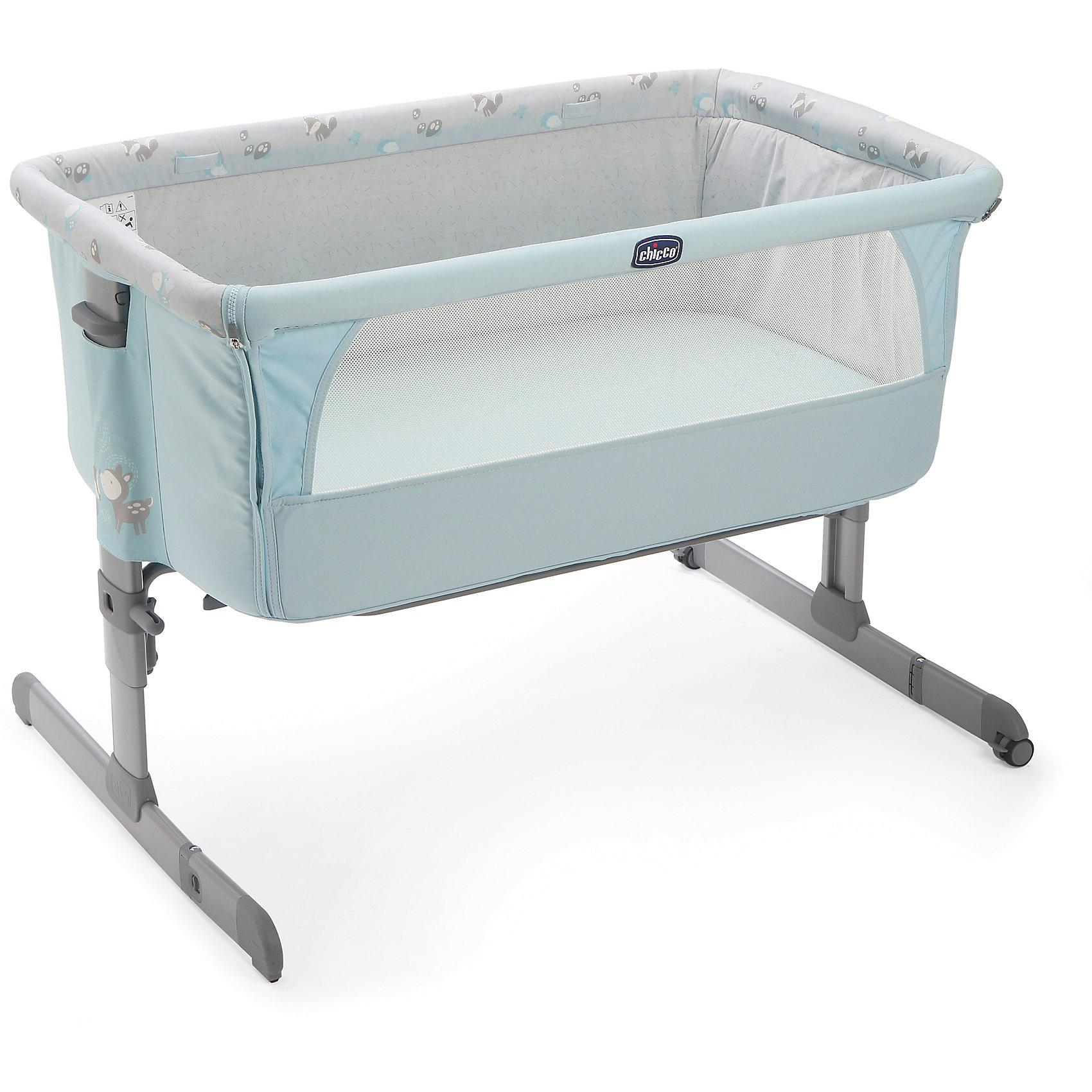 Кроватка Next2Me, Chicco, skyКолыбели, люльки<br>Характеристики кроватки Chicco Next2Me:<br><br>• безопасная система крепления к кровати родителей, надежные карабины;<br>• регулируется расстояние между детской кроваткой и кроватью родителей;<br>• расположения кроватки изменяется благодаря регулируемым по длине фиксаторам, <br>• боковая стенка откидывается, предоставляя доступ к ребенку;<br>• края стенки оснащены специальным креплением, которое обеспечивает надежное крепление к опорной стойке кроватки;<br>• регулируемая высота кроватки, 4 положения;<br>• регулируется угол наклона спального места, 180-160 градусов;<br>• кроватка оснащена двумя парами сдвоенных колесиков со стопорами;<br>• сетчатая вставка в боковой части коляски позволяет создать циркуляцию воздуха и создать оптимальные условия малышу;<br>• матрасик в комплекте;<br>• съемные чехлы кроватки, стирка при температуре 30 градусов;<br>• компактное складывание кроватки, хранение в сумке на молнии. <br><br>Размер кроватки: 93х69х66/81 см<br>Длина спального места: 93см<br>Ширина спального места: 69 см<br>Высота кроватки: 66-81 см<br>Допустимая нагрузка: до 9 кг<br>Размер упаковки: 95х60х15,5 см<br>Вес в упаковке: 9,9 кг<br><br>Кроватка Next2Me для новорожденного устанавливается вплотную к кровати родителей или отдельно. Стенка кроватки опускается, чтобы обеспечить мамочке постоянный доступ к ребенку, на расстоянии вытянутой руки. Детская кроватка надежно крепится к родительской кровати, таким образом, нет щели и сквозного пространства между двумя кроватями. Расположение днища кроватки можно изменить, подогнав высоту кроватки к высоте кровати родителей. Кроватка-люлька может использоваться отдельно и стоять поодаль или в соседней комнате, в детской спальне. В таком случае, бортик люльки поднимается, надежно фиксируется. Складывается кроватка компактно и не занимает много места, хранится в тканевом чехле на молнии. Чехол оснащен ручками для переноски.<br><br>Кроватку Next2Me, Chicco, Sky можно купить в нашем инт