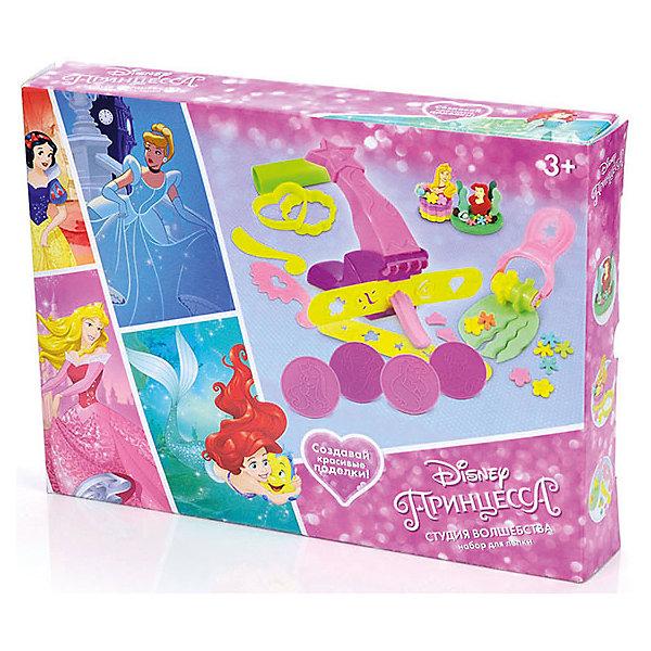 Набор для лепки Disney Принцесса Студия волшебства (масса для лепки - 5 цв., аксесс)Наборы для лепки<br>Вместе с наборами Disney можно самостоятельно создавать разнообразные поделки!<br>В отличие от пластилина, масса для лепки Disney мягкая, очень пластичная и приятная на ощупь, поэтому ребёнку легко с ней работать. Она не прилипает к рукам и не оставляет жирных следов на одежде и мебели.<br>Масса нетоксична. Она имеет солёный вкус, что предостерегает ребёнка от желания съесть её.<br>Оригинальные и узнаваемые аксессуары Disney развивают воображение и творческое мышление малыша.<br><br>Ширина мм: 320<br>Глубина мм: 240<br>Высота мм: 50<br>Вес г: 490<br>Возраст от месяцев: 36<br>Возраст до месяцев: 72<br>Пол: Женский<br>Возраст: Детский<br>SKU: 5515065