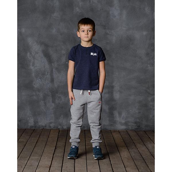 Брюки для мальчика Modniy JukБрюки<br>Характеристики товара:<br><br>• цвет: серый<br>• состав: 65% хлопок, 35% полиэстер<br>• спортивный силуэт<br>• карманы<br>• пояс - мягкая резинка<br>• манжеты<br>• логотип<br>• шнурок в поясе<br>• страна бренда: Российская Федерация<br>• страна производства: Российская Федерация<br><br>Модели одежды из новой коллекции от бренда Модный жук - это стильные и удобные вещи, созданные специально для детей. Они отличаются продуманным дизайном, качественными материалами и комфортной посадкой. Дети носят их с удовольствием! Стильные брюки спортивного силуэта - хит сезона, отличный вариант базовой вещи для разной погоды. Они отлично сочетаются с майками, футболками, куртками. Хорошо сидят по фигуре.<br><br>Брюки для мальчика от популярного бренда Модный жук можно купить в нашем интернет-магазине.<br>Ширина мм: 215; Глубина мм: 88; Высота мм: 191; Вес г: 336; Цвет: серый; Возраст от месяцев: 36; Возраст до месяцев: 48; Пол: Мужской; Возраст: Детский; Размер: 104,98; SKU: 5613576;