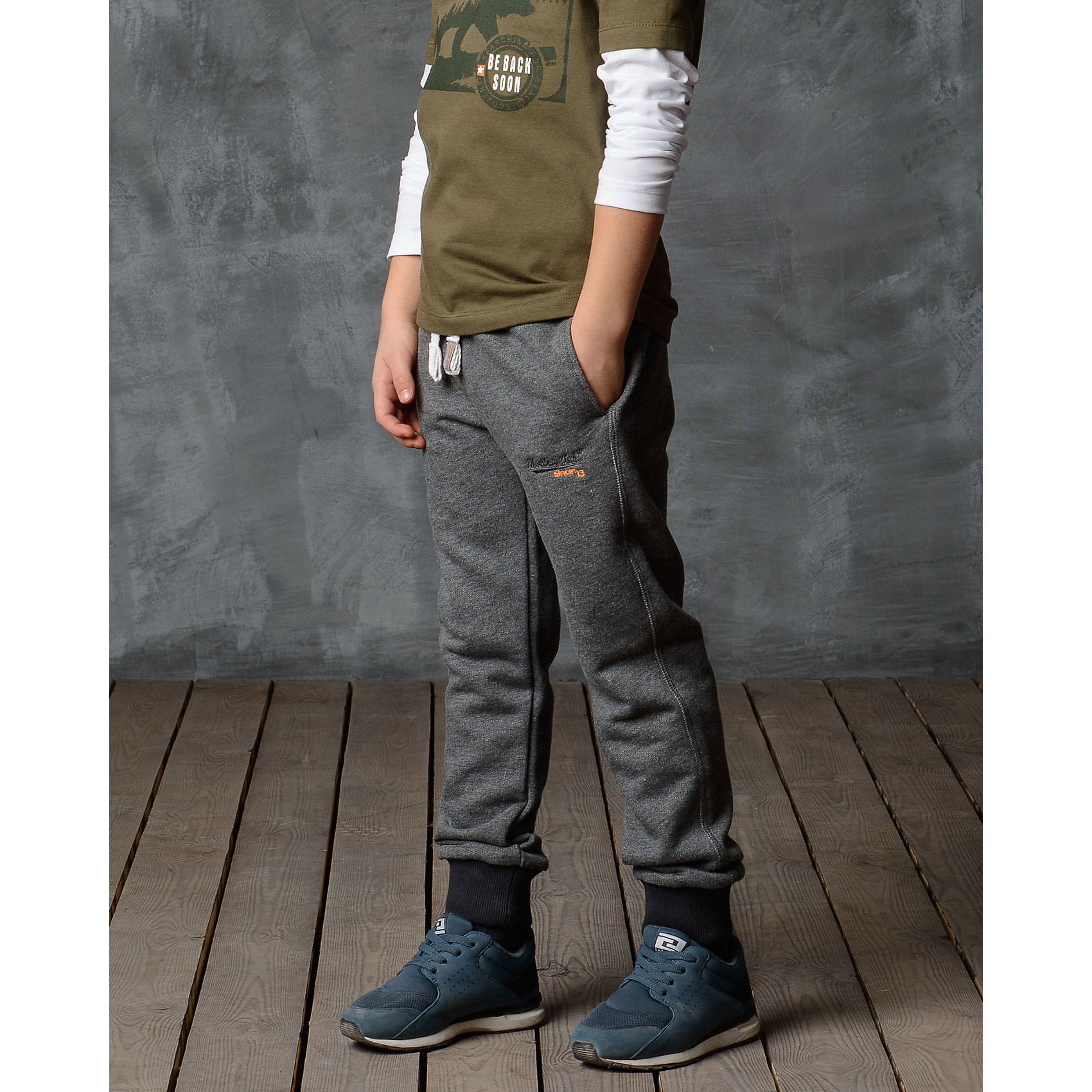 Брюки для мальчика Modniy JukБрюки<br>Характеристики товара:<br><br>• цвет: серый<br>• состав: 70% хлопок, 30% полиэстер<br>• спортивный силуэт<br>• карманы<br>• пояс - мягкая резинка<br>• манжеты<br>• логотип<br>• шнурок в поясе<br><br>• страна бренда: Российская Федерация<br>• страна производства: Российская Федерация<br><br>Модели одежды из новой коллекции от бренда Модный жук - это стильные и удобные вещи, созданные специально для детей. Они отличаются продуманным дизайном, качественными материалами и комфортной посадкой. Дети носят их с удовольствием! Стильные брюки спортивного силуэта - хит сезона, отличный вариант базовой вещи для разной погоды. Они отлично сочетаются с майками, футболками, куртками. Хорошо сидят по фигуре.<br>Одежда и аксессуары от российского бренда Модный жук - это способ пополнить гардероб ребенка модными изделиями по доступной цене. Для их производства используются только безопасные, проверенные материалы и фурнитура. Новая коллекция поддерживает хорошие традиции бренда! <br><br>Брюки для мальчика от популярного бренда Модный жук можно купить в нашем интернет-магазине.<br><br>Ширина мм: 215<br>Глубина мм: 88<br>Высота мм: 191<br>Вес г: 336<br>Цвет: серый<br>Возраст от месяцев: 24<br>Возраст до месяцев: 36<br>Пол: Мужской<br>Возраст: Детский<br>Размер: 98,86,92<br>SKU: 5613612