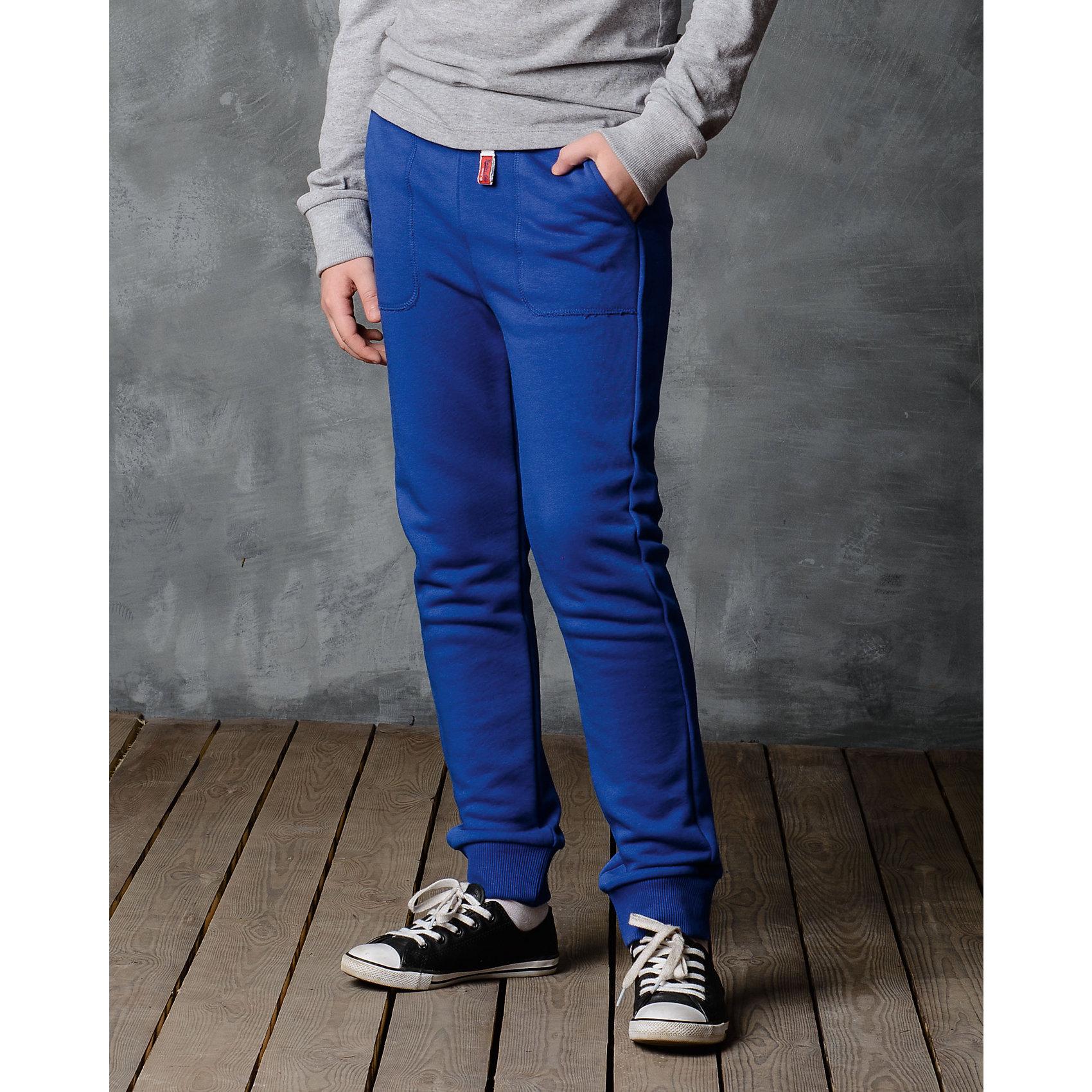 Брюки для мальчика Modniy JukБрюки<br>Характеристики товара:<br><br>• цвет: синий<br>• состав: 70% хлопок, 30% полиэстер<br>• спортивный силуэт<br>• карманы<br>• пояс - мягкая резинка<br>• манжеты<br>• логотип<br>• шнурок в поясе<br><br>• страна бренда: Российская Федерация<br>• страна производства: Российская Федерация<br><br>Модели одежды из новой коллекции от бренда Модный жук - это стильные и удобные вещи, созданные специально для детей. Они отличаются продуманным дизайном, качественными материалами и комфортной посадкой. Дети носят их с удовольствием! Стильные брюки спортивного силуэта - хит сезона, отличный вариант базовой вещи для разной погоды. Они отлично сочетаются с майками, футболками, куртками. Хорошо сидят по фигуре.<br>Одежда и аксессуары от российского бренда Модный жук - это способ пополнить гардероб ребенка модными изделиями по доступной цене. Для их производства используются только безопасные, проверенные материалы и фурнитура. Новая коллекция поддерживает хорошие традиции бренда! <br><br>Брюки для мальчика от популярного бренда Модный жук можно купить в нашем интернет-магазине.<br><br>Ширина мм: 215<br>Глубина мм: 88<br>Высота мм: 191<br>Вес г: 336<br>Цвет: синий<br>Возраст от месяцев: 132<br>Возраст до месяцев: 144<br>Пол: Мужской<br>Возраст: Детский<br>Размер: 146/152,98/104,104/110,110/116,116/122,122/128,128/134,134/140,140/146<br>SKU: 5613639