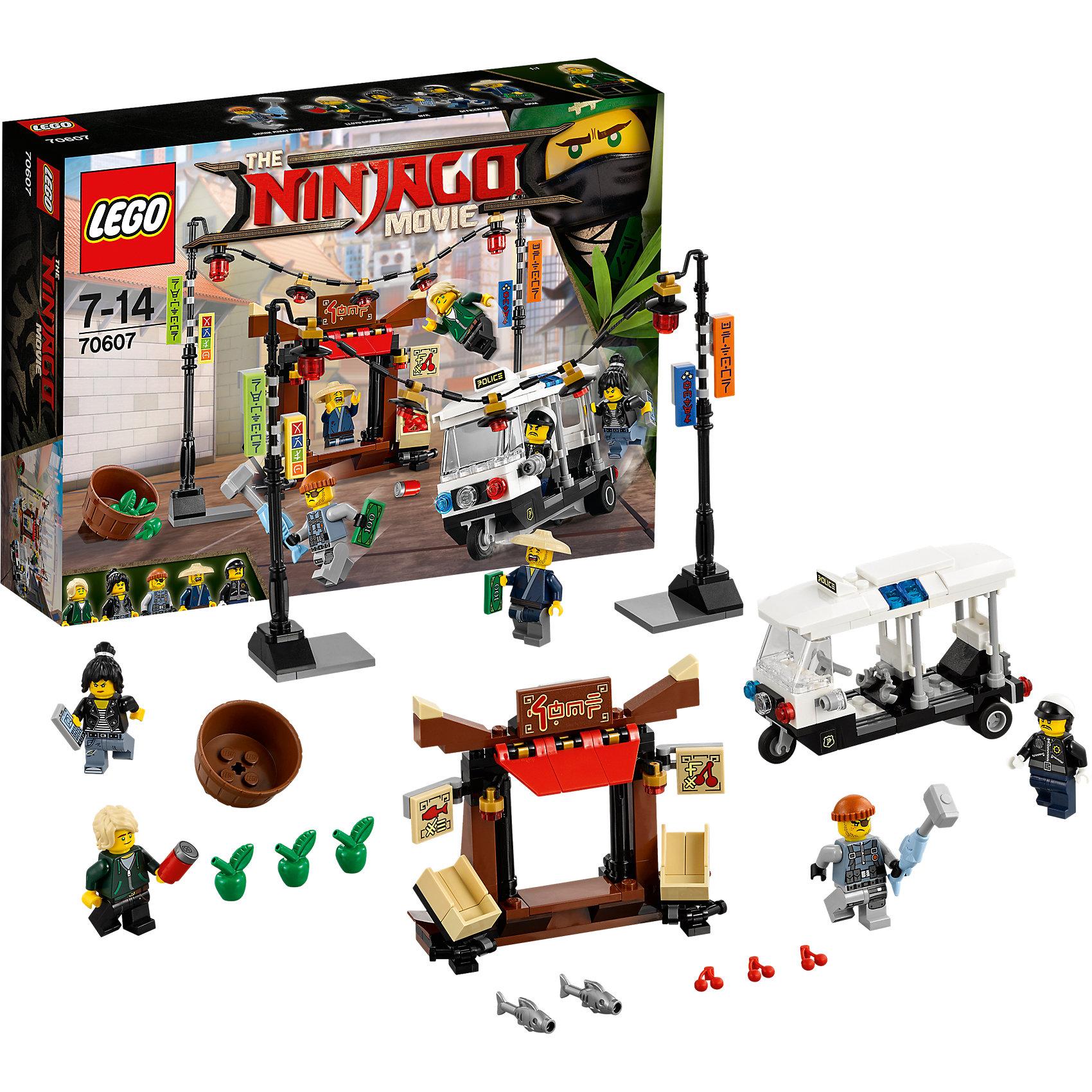 LEGO NINJAGO 70607: Ограбление киоска в Ниндзяго СитиКонструкторы Лего<br>Характеристики товара: <br><br>• возраст: от 7 лет;<br>• материал: пластик;<br>• в комплекте: 233 детали, 5 минифигурок;<br>• размер упаковки: 26,2х19,1х6,1 см;<br>• вес упаковки: 300 гр.;<br>• страна производитель: Чехия.<br><br>Конструктор Lego Ninjago «Ограбление киоска в Ниндзяго Сити» создан по мотивам нового фильма «Лего-фильм: Ниндзяго», где отважным воинам ниндзя противостоит грозный Гармадон. На торговца Хэма напал один из грабителей акульей армии. На помощь ему приходят отважные Ллойд и Ния, которые сначала задержали грабителя, а затем вызвали полицию. Из деталей собираются киоск и полицейская машина.<br><br>Конструктор Lego Ninjago «Ограбление киоска в Ниндзяго Сити» можно приобрести в нашем интернет-магазине.<br><br>Ширина мм: 263<br>Глубина мм: 192<br>Высота мм: 66<br>Вес г: 311<br>Возраст от месяцев: 84<br>Возраст до месяцев: 168<br>Пол: Мужской<br>Возраст: Детский<br>SKU: 5620003