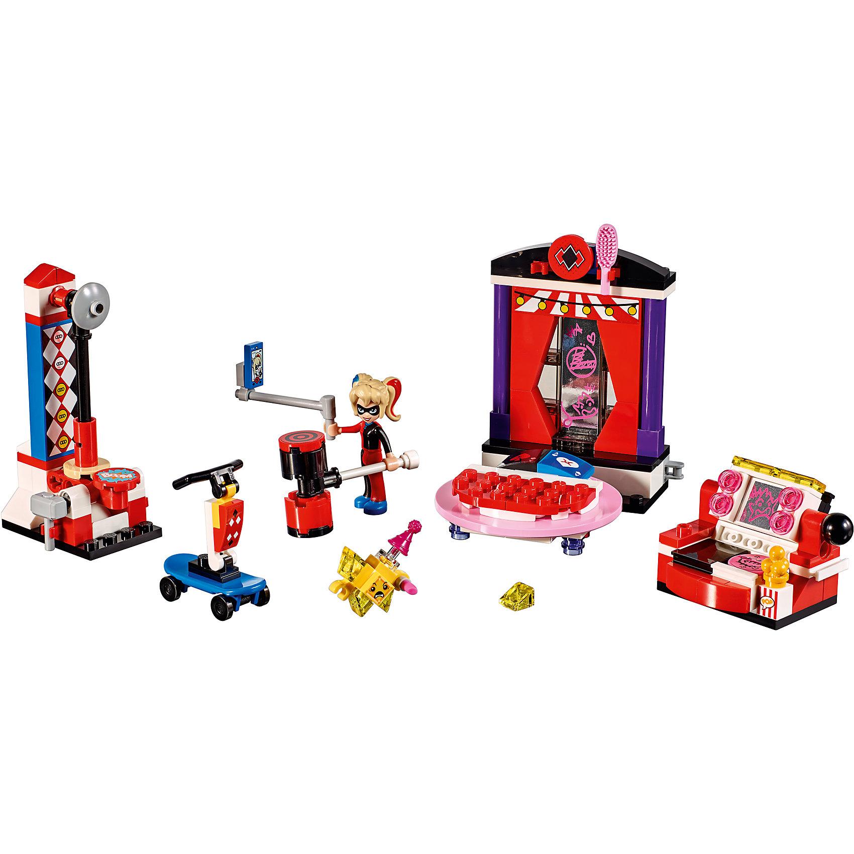 Конструктор Lego DC Super Girls 41236: Дом Харли КвиннПластмассовые конструкторы<br>Характеристики товара:<br><br>• возраст: от 7 лет;<br>• материал: пластик;<br>• в комплекте: 176 деталей;<br>• количество минифигурок: 1<br>• размер кровати: 9х6х3 см;<br>• размер дивана: 4х4х4 см;<br>• размер измерителя силы: 9х4х4 см;<br>• размер упаковки: 20,5х19,1х6,1 см;<br>• вес упаковки: 265 гр.;<br>• страна производитель: Китай.<br><br>Конструктор Lego DC Super Girls «Дом Харли Квинн» создан по мотивам вселенной DC Comics. Из деталей конструктора предстоит собрать фигурку известной героини Харли Квинн и ее домик. В домике можно встретить не только предметы интерьера, но и игру «Кто сильнее».<br><br>С известной супергероиней девочка сможет придумать свои собственные сюжеты для игры. Сборка конструктора развивает у детей внимательность, усидчивость, мелкую моторику рук.<br><br>Конструктор Lego DC Super Girls «Дом Харли Квинн» можно приобрести в нашем интернет-магазине.<br><br>Ширина мм: 205<br>Глубина мм: 191<br>Высота мм: 61<br>Вес г: 252<br>Возраст от месяцев: 84<br>Возраст до месяцев: 2147483647<br>Пол: Женский<br>Возраст: Детский<br>SKU: 5620038