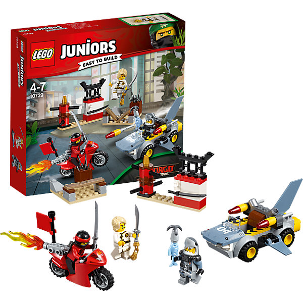 LEGO Juniors 10739: Нападение акулыПластмассовые конструкторы<br>Характеристики товара: <br><br>• возраст: от 4 лет;<br>• материал: пластик;<br>• в комплекте: 108 деталей, 3 минифигурки;<br>• размер упаковки: 19,1х20,5х4,6 см;<br>• вес упаковки: 215 гр.;<br>• страна производитель: Китай.<br><br>Конструктор Lego Juniors «Нападение акулы» основан на новом фильме «Лего-фильм: Ниндзяго», где храбрые воины ниндзя противостоят могущественному сопернику Гармадону. Из деталей конструктора собирается тренировочный центр воинов и 2 транспортных средства. Машина выполнена в виде акулы с подвижными плавниками, вращающимися колесами и гарпуном, стреляющим снарядами. В тренировочном центре расположены манекен для отработки ударов, доска, которую надо разбить, и ящик с оружием.<br><br>Конструктор Lego Juniors «Нападение акулы» можно приобрести в нашем интернет-магазине.<br><br>Ширина мм: 207<br>Глубина мм: 190<br>Высота мм: 50<br>Вес г: 215<br>Возраст от месяцев: 48<br>Возраст до месяцев: 84<br>Пол: Мужской<br>Возраст: Детский<br>SKU: 5620065