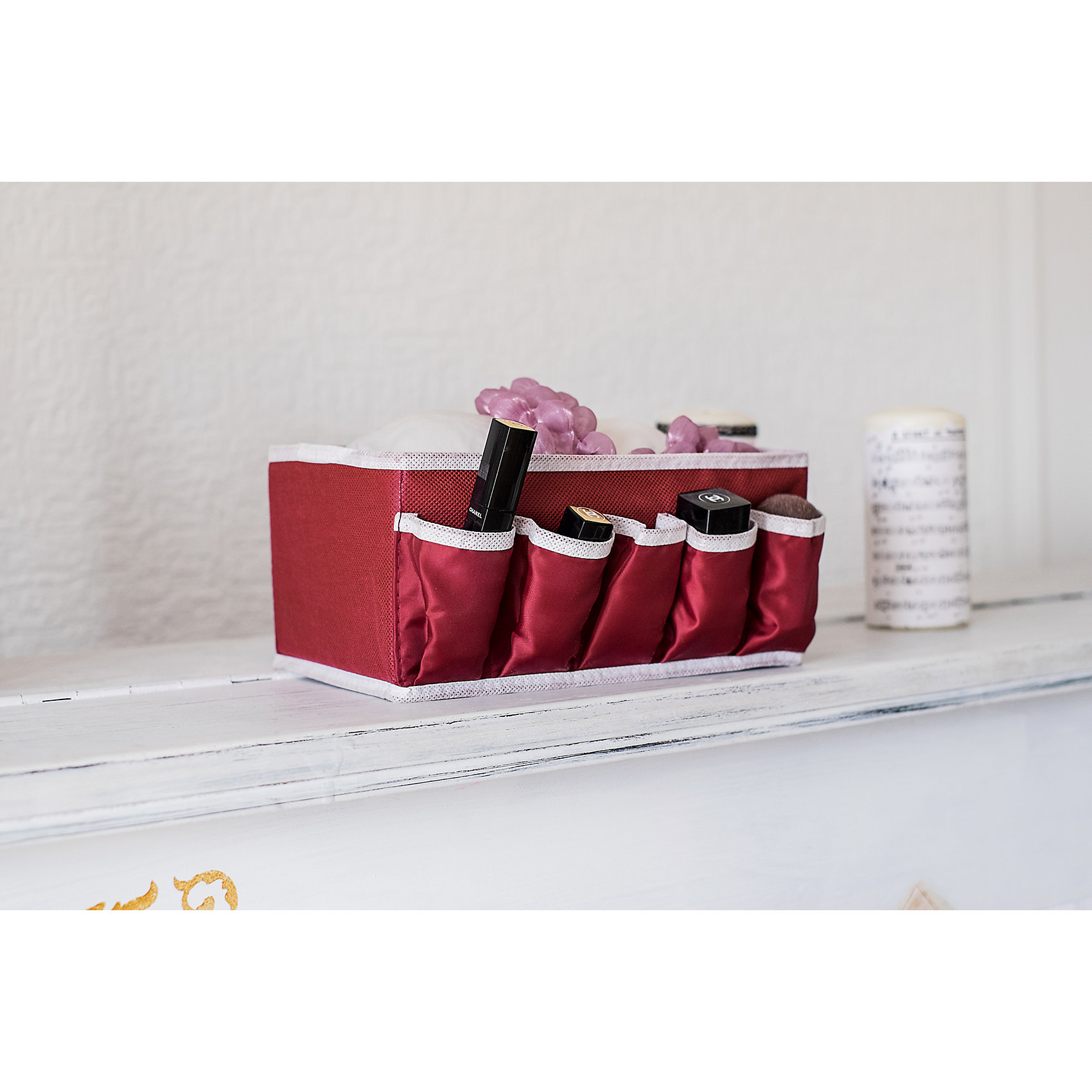 Коробочка для косметики и мелочей Red Rose, HomsuПорядок в детской<br>Характеристики товара:<br><br>• цвет: бордовый<br>• материал: полиэстер, картон<br>• размер: 25х15х12 см<br>• вес: 100 г<br>• легкий прочный каркас<br>• обеспечивает естественную вентиляцию<br>• вместимость: 6 отделений<br>• страна бренда: Россия<br>• страна изготовитель: Китай<br><br>Коробочка для косметики и мелочей Red Rose от бренда Homsu (Хомсу) - очень удобная вещь для хранения вещей и эргономичной организации пространства.<br><br>Предмет легкий, устойчивый, вместительный, обеспечивает естественную вентиляцию.<br><br>Коробочку для косметики и мелочей Red Rose, Homsu можно купить в нашем интернет-магазине.<br><br>Ширина мм: 420<br>Глубина мм: 150<br>Высота мм: 20<br>Вес г: 100<br>Возраст от месяцев: 216<br>Возраст до месяцев: 1188<br>Пол: Унисекс<br>Возраст: Детский<br>SKU: 5620232