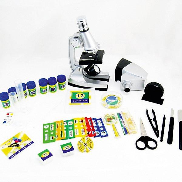 Набор Юный исследователь с микроскопом и аксессуарамиМикроскопы<br>Характеристики:<br><br>• возраст: от 8 лет<br>• комплектация: микроскоп, цветной фильтр, морская соль, 12 слайдов, 2 тестовые трубки, 12 пустых слайдов, резинка, яйца креветки, дрожжи, семена, запасная лампа, чашка Петри, ножницы, скальпель, шпатель, стержень для перемешивания, пинцет, капельница, 4-в-1 образцы бабочки, крышка, набор пустых этикеток, лупа<br>• размер микроскопа: 21х12,2х7,2 см.<br>• увеличение объектива: 5X, 20X, 60X<br>• окуляр: 10X~20X<br>• общее увеличение: 100X, 400X, 1200X<br>• батарейки: 2 х АА / LR6 1.5V (пальчиковые)<br>• наличие батареек: не входят в комплект<br>• материал: пластик, металл, стекло<br>• ВНИМАНИЕ! Данный артикул представлен в разных вариантах исполнения. К сожалению, заранее выбрать определенный вариант невозможно. При заказе нескольких наборов возможно получение одинаковых<br><br>В наборе юного исследователя есть множество различных предметов, которые можно рассмотреть под мощным микроскопом. Если настроить окуляр микроскопа на максимальную степень увеличения и выбрать самый большой объектив, то объект под микроскопом будет увеличен в 1200 раз.<br><br>Детальное рассмотрение различных предметов поможет ребенку лучше узнать окружающий его мир. Подобные занятия показывают ребенку, что не все так просто в этом мире и что многое может быть скрыто от взора человека.<br><br>Набор Юный исследователь с микроскопом и аксессуарами можно купить в нашем интернет-магазине.<br><br>Ширина мм: 520<br>Глубина мм: 340<br>Высота мм: 95<br>Вес г: 1600<br>Возраст от месяцев: 96<br>Возраст до месяцев: 2147483647<br>Пол: Унисекс<br>Возраст: Детский<br>SKU: 6674610