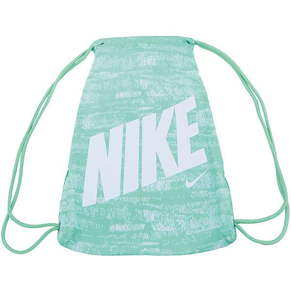 Сумка NIKEМешки для обуви<br>Характеристики товара:<br><br>• цвет: зеленый<br>• спортивный стиль<br>• состав: 100% полиэстер<br>• декорирована принтом<br>• размер: 45,5 x 25 см<br>• удобные лямки<br>• затягивающийся шнурок для надежности хранения<br>• износостойкий материал<br>• коллекция: весна-лето 2017<br>• страна бренда: США<br>• страна изготовитель: Индонезия<br><br>Продукция бренда NIKE известна высоким качеством, уникальным узнаваемым дизайном и проработанными деталями, которые создают удобство при занятиях спортом и долгой ходьбе. <br><br>Уход за такой сумкой прост, она легко чистится и быстро сушится. Дополнена удобными лямками, которые помогут обеспечить комфорт при ношении сумки. <br><br>Вместительные отделения сумки позволяют взять с собой нужные вещи, а удобный дизайн делает её незаменимой для спортсменов. Модель стильно выглядит и хорошо смотрится с одеждой разных цветов и стилей.<br><br>Сумку NIKE (Найк) можно купить в нашем интернет-магазине.<br>Ширина мм: 170; Глубина мм: 157; Высота мм: 67; Вес г: 117; Цвет: белый; Возраст от месяцев: 168; Возраст до месяцев: 1188; Пол: Унисекс; Возраст: Детский; Размер: one size; SKU: 6676771;