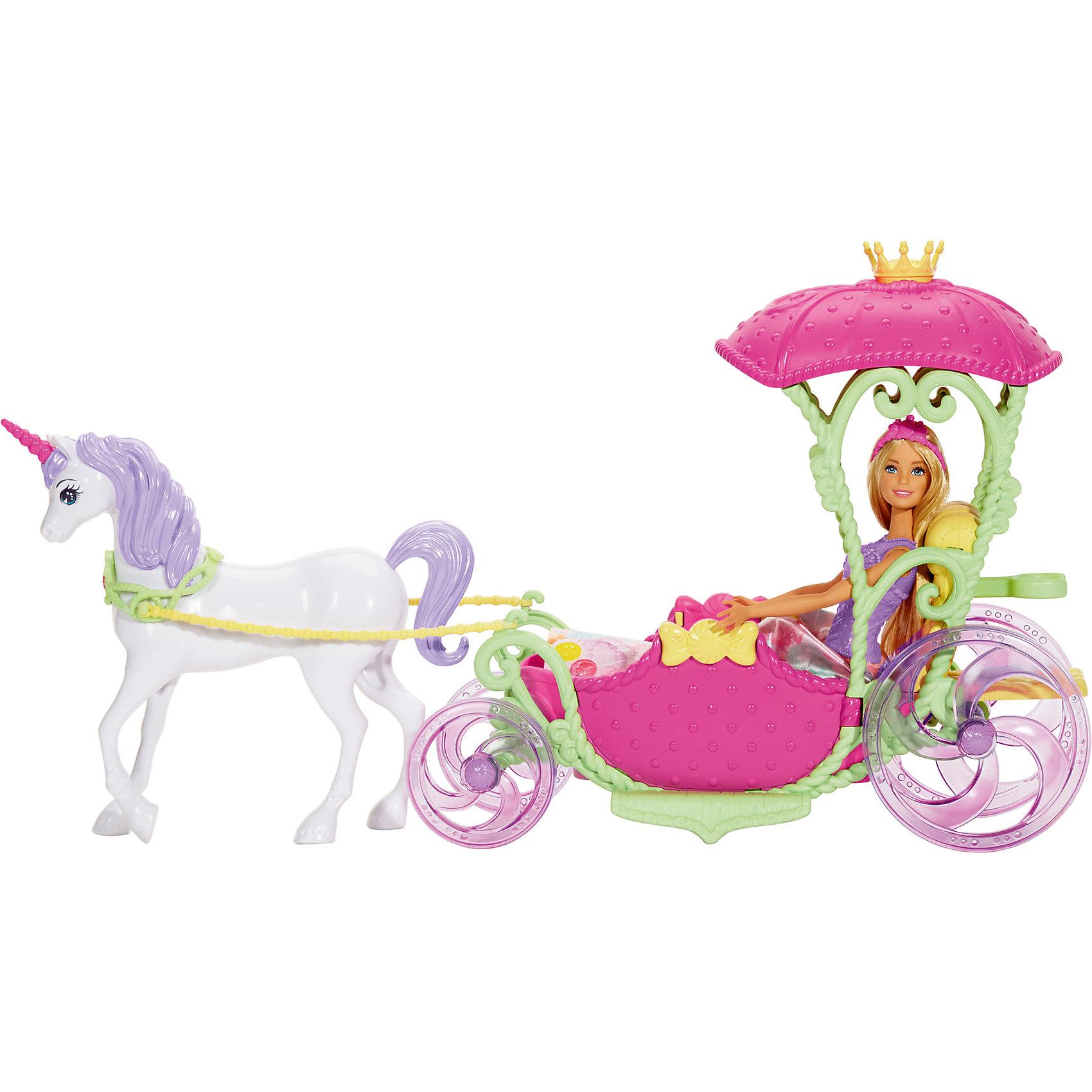 Игровой набор Barbie Конфетная карета и куклаПопулярные игрушки<br>Характеристики товара:<br><br>• возраст: от 3 лет<br>• материал: пластик;<br>• упаковка: коробка;<br>• высота куклы: 28-30 см<br>• страна бренда: США<br><br>Экипаж Barbie™ Dreamtopia, запряженный единорогом, идеально подходит для прогулки принцессы Barbie®. Корона на розовой крыше, которую поддерживают изящные зеленые стебли, похожа на листья, розовые двери украшены бантиками, а сиреневые колеса крутятся, когда экипаж едет. <br><br>Принцесса Barbie® может пригласить друга, ведь в экипаже с?комфортом могут разместиться двое. Белый единорог с розовым рогом и?сиреневой гривой и хвостом готов отвезти тебя в страну фантазий. Он запряжен в экипаж, у него есть сбруя и вожжи. <br><br>Принцесса Barbie® выглядит очаровательно в ?украшенном сладостями розовом корсаже, съемной юбке с фруктовым узором, туфельках в тон и розовой тиаре.<br><br>Игровой набор Barbie Конфетная карета можно купить в нашем интернет-магазине.<br><br>Ширина мм: 565<br>Глубина мм: 330<br>Высота мм: 144<br>Вес г: 1322<br>Возраст от месяцев: 36<br>Возраст до месяцев: 72<br>Пол: Женский<br>Возраст: Детский<br>SKU: 6739674