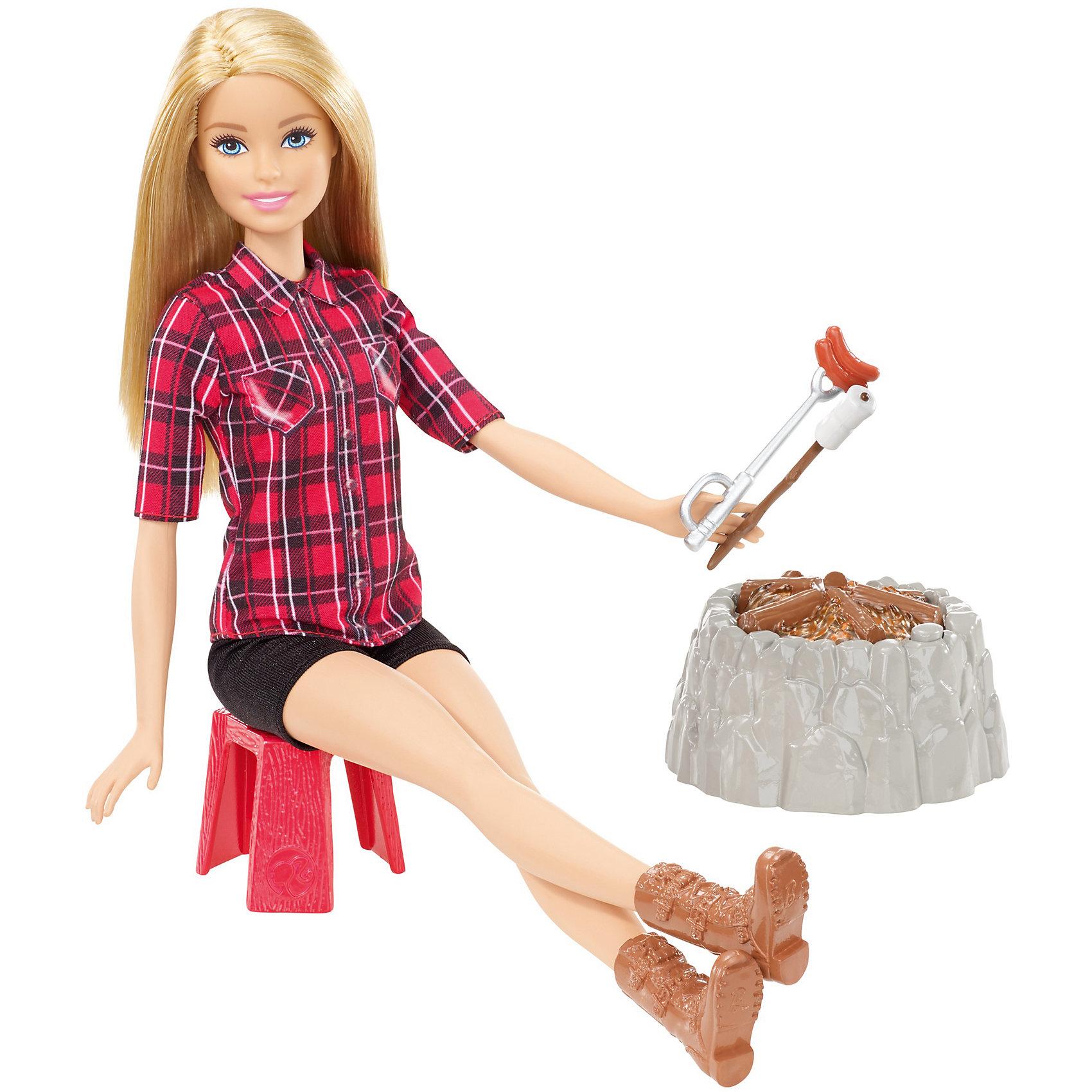 Кукла у костра Barbie БлондинкаBarbie<br>Характеристики товара:<br><br>• возраст: от 3 лет<br>• материал: пластик;<br>• высота куклы: 28-30 см;<br>• размер упаковки: 31X25X7 см;<br>• страна бренда: США<br>• страна изготовоитель: Китай<br><br>Отправляйся в поход вместе с Barbie®. Как приятно посидеть у костра и слушать как потрескивает в нем полено.<br><br>Костер с реалистичными звуками и подсветкой. Нужно лишь нажать кнопку на костре (она замаскирована под камень), чтобы добавить искорку в игру. <br><br>Barbie® может разложить свой походный стул, приготовить на костре еду и рассказать историю. Хот-дог и зефир— классические походные лакомства. Каждое блюдо нанизано на палочку, которую Barbie® может держать в руке. <br><br>Куклу у костра Barbie можно купить в нашем интернет-магазине.<br><br>Ширина мм: 205<br>Глубина мм: 60<br>Высота мм: 325<br>Вес г: 400<br>Возраст от месяцев: 36<br>Возраст до месяцев: 72<br>Пол: Женский<br>Возраст: Детский<br>SKU: 6746578
