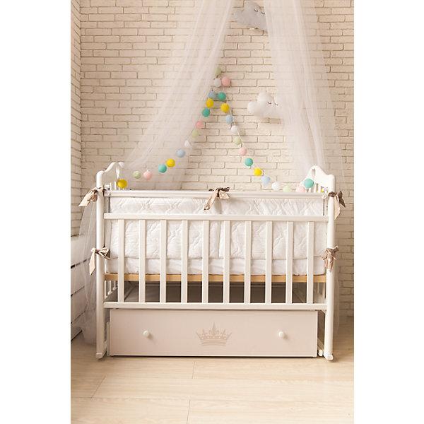 Кроватка Версаль, by TwinzДетские кроватки<br>Характеристики:<br><br>• Размеры кроватки (Д*Ш*В): 125*68*100 см<br>• Тематика рисунка: корона<br>• Материал: массив березы<br>• Предусмотрен поперечный маятник<br>• Два уровня положения подматрасника<br>• Передняя стенка опускается <br>• Наличие закрытого ящика <br>• Размеры упаковки (Д*Ш*В): 124*14,5*74,5 см<br>• Вес: 35 кг <br>• Особенности ухода: допускается сухая и влажная чистка <br><br>Элементы окрашены нетоксичныой краской, сверху обработаны лаком, который не имеет запаха. Для создания мягкого укачивания ребенка, у к изделлия предусмотрен бесшумный поперечный маятник. Подматрасник выполнен из реечной конструкции, имеет 2 уровня по высоте. Передняя стенка при необходимости легко опускается, оснащена защитным механизмом. <br><br>У кроватки имеется ящик, в котором можно хранить игрушки и постельные принадлежности. Кроватка выполнена в компактном размере. Ящик кроватки оформлен брендовым рисунком: золотистым цветом нанесено изображение короны. <br><br>Кроватку Версаль, by Twinz можно купить в нашем интернет-магазине.<br><br>Ширина мм: 1240<br>Глубина мм: 745<br>Высота мм: 145<br>Вес г: 35000<br>Возраст от месяцев: 0<br>Возраст до месяцев: 36<br>Пол: Унисекс<br>Возраст: Детский<br>SKU: 6765404