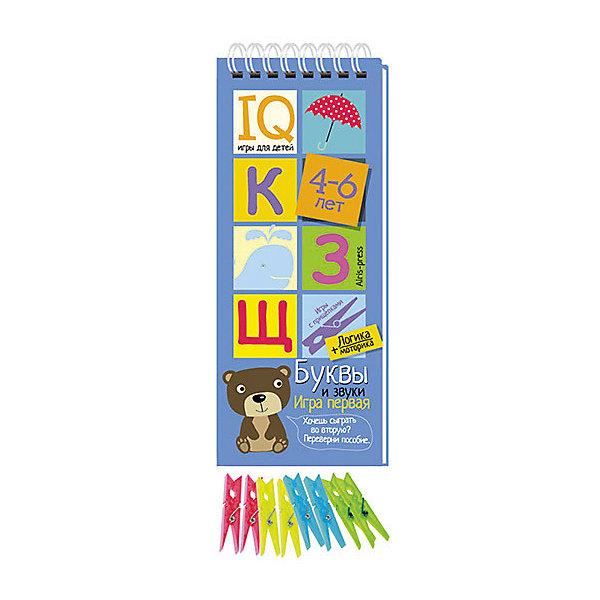 Игры с прищепками Буквы и звукиКниги для развития мышления<br>Характеристики товара:<br><br>• возраст: от 4 лет<br>• комплектация: блокнот на пружине, состоящий из 30 картонных карточек; 8 разноцветных прищепок.<br>• производитель: Айрис-пресс<br>• серия: IQ игры<br>• иллюстрации: цветные<br>• размер блокнота: 23,5х9,5х1,5 см.<br>• размер прищепки: 3,5х0,5х1 см.<br><br>«Буквы и звуки» – это игровой комплект для развития речи, мышления и моторики.<br><br>Комплект представляет собой небольшой блокнот на пружине, состоящий из 30 картонных карточек, и 8 разноцветных прищепок.<br><br>На красочных станицах блокнота в два столбика расположены карточки с рисунками и буквам. У каждой карточки есть своя логическая пара. Задача ребенка – найти парные картинки и прикрепить к ним прищепки одного цвета, располагая их в округлых прорезях с боков карточек. Когда все задания на страничке выполнены, ребенок может самостоятельно проверить правильность решения. Для этого нужно перевернуть страницу и провести пальчиком по лабиринту на обратной стороне. Если линия соединяет прищепки одного цвета, значит задание выполнено, правильно.<br><br>Задания в блокноте рассчитаны на детей, которые начинают знакомство с буквами. Задания разной сложности. Нужно сопоставить большие и маленькие буквы, определить, на что похожа буква, найти букву на запутанном изображении, найти первую или последнюю букву в слове и т.д.<br><br>Выполняя задания на карточках-страничках, ребёнок учится узнавать буквы, определять звуки, строить звуковые модели. Прикрепляя прищепки и проходя лабиринты, он развивает моторику и координацию движений.<br><br>Простота и удобство комплекта позволяют использовать его в детском саду, дома и на отдыхе.<br><br>Игры с прищепками Буквы и звуки можно купить в нашем интернет-магазине.<br><br>Ширина мм: 15<br>Глубина мм: 95<br>Высота мм: 240<br>Вес г: 138<br>Возраст от месяцев: 48<br>Возраст до месяцев: 72<br>Пол: Унисекс<br>Возраст: Детский<br>SKU: 6849559