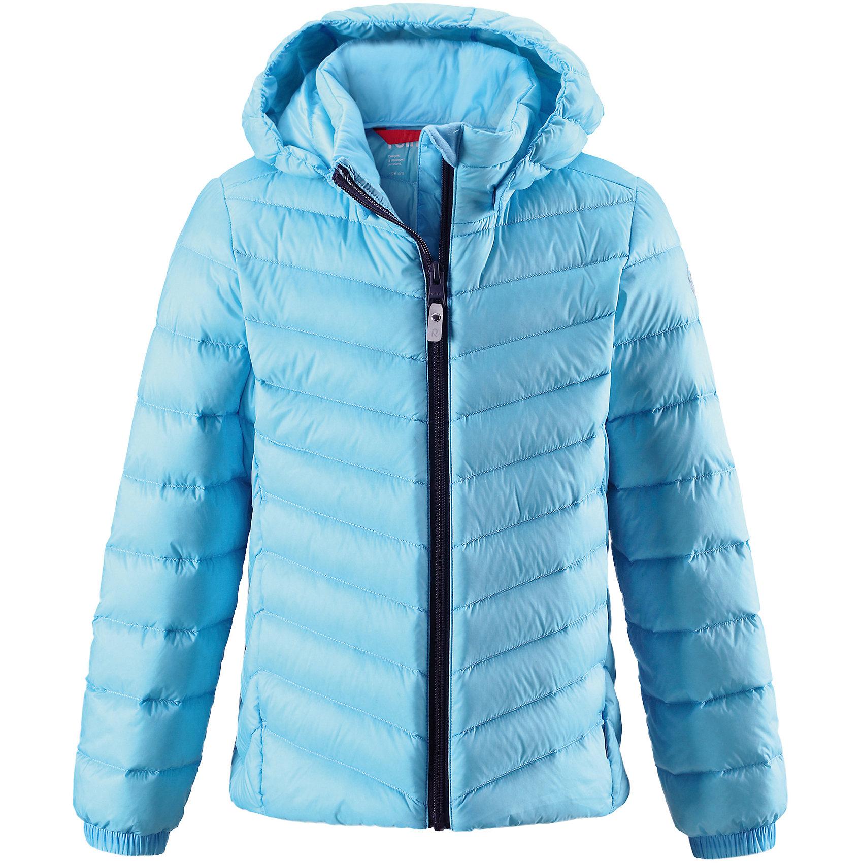 Куртка Reima Fern для девочкиОдежда<br>Характеристики товара:<br><br>• цвет: голубой;<br>• состав: 100% полиамид;<br>• подкладка: 100% полиэстер;<br>• утеплитель: 80% пух, 20% перо;<br>• сезон: зима;<br>• температурный режим: от 0 до -20С;<br>• воздухопроницаемость: 3000 мм;<br>• пуховая куртка для подростков;<br>• водоотталкивающий, ветронепроницаемый дышащий и грязеотталкивающий материал;<br>• гладкая подкладка из полиэстера;<br>• безопасный, съемный капюшон;<br>• эластичные манжеты;<br>• два боковых кармана;<br>• куртку можно хранить в специальной сумке, которая идет в комплекте;<br>• светоотражающие детали;<br>• страна бренда: Финляндия;<br>• страна изготовитель: Китай.<br><br>Куртка-пуховик для подростков сшита из водоотталкивающего, ветронепроницаемого и дышащего материала. Благодаря гладкой подкладке, куртка легко надевается, а удобная двусторонняя молния превратит одевание в веселую игру. Эластичный край подола и поясок на спинке придают этой стильной удлиненной куртке красивый силуэт. <br>Куртка снабжена безопасным съемным капюшоном. Обратите внимание на удобную петельку, спрятанную в кармане с клапаном – к ней можно прикрепить любимый светоотражатель ребенка для обеспечения лучшей видимости. В комплекте с курткой идет отдельная сумка для ее хранения. Роскошная, модная, легкая и теплая куртка станет отличным вариантом и для игр во дворе, и для прогулок по городу.<br><br>Куртку Fern для девочки Reima от финского бренда Reima (Рейма) можно купить в нашем интернет-магазине.<br><br>Ширина мм: 356<br>Глубина мм: 10<br>Высота мм: 245<br>Вес г: 519<br>Цвет: синий<br>Возраст от месяцев: 156<br>Возраст до месяцев: 168<br>Пол: Женский<br>Возраст: Детский<br>Размер: 134,140,146,152,158,164,104,110,116,122,128<br>SKU: 6902944