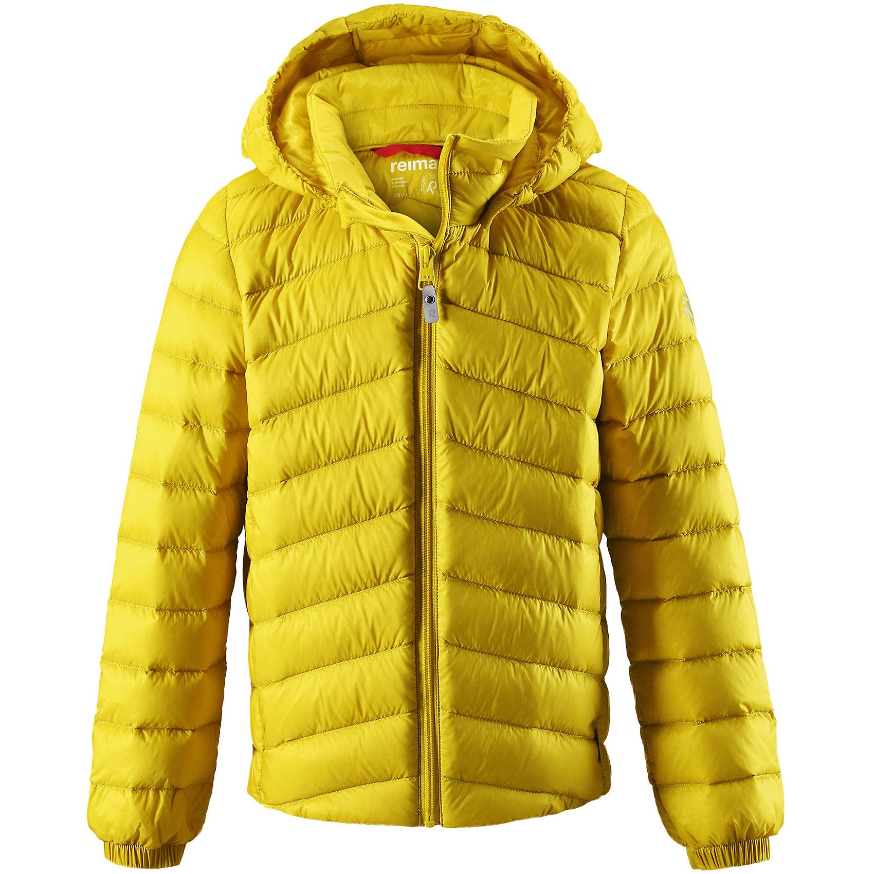 Куртка Falk для мальчика ReimaОдежда<br>Куртка-пуховик для подростков сшита из водоотталкивающего, ветронепроницаемого и дышащего материала. Благодаря гладкому материалу подкладки куртка легко надевается, а удобная двусторонняя молния превратит одевание в веселую игру. .  Эластичный край подола и поясок на спинке придают этой стильной удлиненной куртке красивый силуэт. Куртка снабжена безопасным съемным капюшоном со стильной съемной отделкой из искусственного меха. Обратите внимание на удобную петельку, спрятанную в кармане с клапаном – к ней можно прикрепить любимый светоотражатель ребенка для обеспечения лучшей видимости. В комплекте с курткой идет отдельная сумка для ее хранения. Роскошная, модная, легкая и теплая куртка станет отличным вариантом и для игр во дворе, и для прогулок по городу.<br>Состав:<br>100% Полиамид<br><br>Ширина мм: 356<br>Глубина мм: 10<br>Высота мм: 245<br>Вес г: 519<br>Цвет: желтый<br>Возраст от месяцев: 156<br>Возраст до месяцев: 168<br>Пол: Мужской<br>Возраст: Детский<br>Размер: 164,104,110,116,122,128,134,140,146,152,158<br>SKU: 6902956