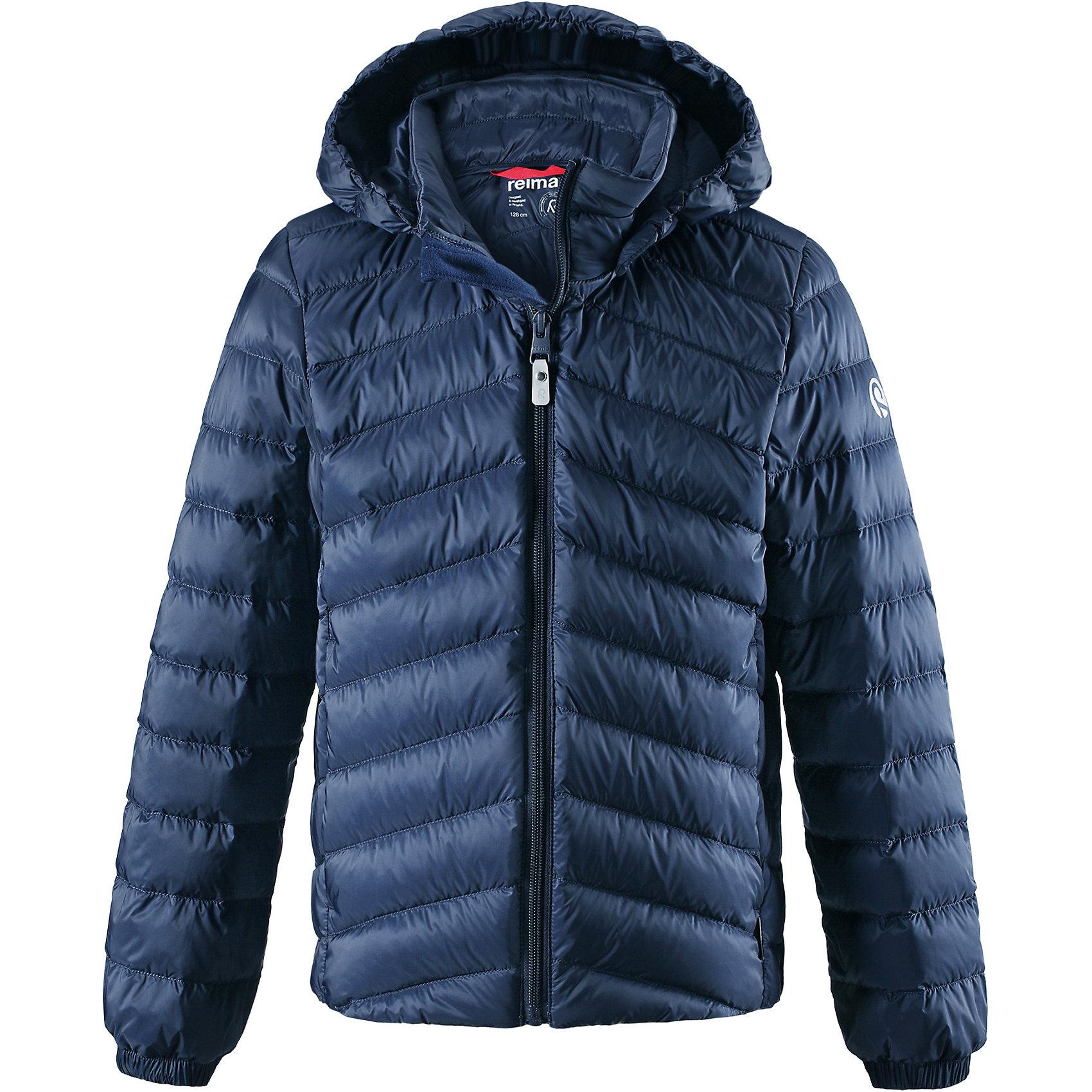 Куртка Reima Falk для мальчикаОдежда<br>Характеристики товара:<br><br>• цвет: синий;<br>• состав: 100% полиамид;<br>• подкладка: 100% полиэстер;<br>• утеплитель: 80% пух, 20% перо;<br>• сезон: зима;<br>• температурный режим: от 0 до -10С;<br>• воздухопроницаемость: 3000 мм;<br>• пуховая куртка для подростков;<br>• водоотталкивающий, ветронепроницаемый дышащий и грязеотталкивающий материал;<br>• гладкая подкладка из полиэстера;<br>• безопасный, съемный капюшон;<br>• эластичные манжеты;<br>• два боковых кармана;<br>• куртку можно хранить в специальной сумке, которая идет в комплекте;<br>• светоотражающие детали;<br>• страна бренда: Финляндия;<br>• страна изготовитель: Китай.<br><br>Куртка-пуховик для подростков сшита из водоотталкивающего, ветронепроницаемого и дышащего материала. Благодаря гладкому материалу подкладки, куртка легко надевается, а удобная двусторонняя молния превратит одевание в веселую игру. . Эластичный край подола и поясок на спинке придают этой стильной удлиненной куртке красивый силуэт. <br><br>Куртка снабжена безопасным съемным капюшоном. Обратите внимание на удобную петельку, спрятанную в кармане с клапаном – к ней можно прикрепить любимый светоотражатель ребенка для обеспечения лучшей видимости. В комплекте с курткой идет отдельная сумка для ее хранения. Роскошная, модная, легкая и теплая куртка станет отличным вариантом и для игр во дворе, и для прогулок по городу.<br><br>Куртку Falk для мальчика Reima от финского бренда Reima (Рейма) можно купить в нашем интернет-магазине.<br><br>Ширина мм: 356<br>Глубина мм: 10<br>Высота мм: 245<br>Вес г: 519<br>Цвет: синий<br>Возраст от месяцев: 156<br>Возраст до месяцев: 168<br>Пол: Мужской<br>Возраст: Детский<br>Размер: 164,104,110,116,122,128,134,140,146,152,158<br>SKU: 6902968