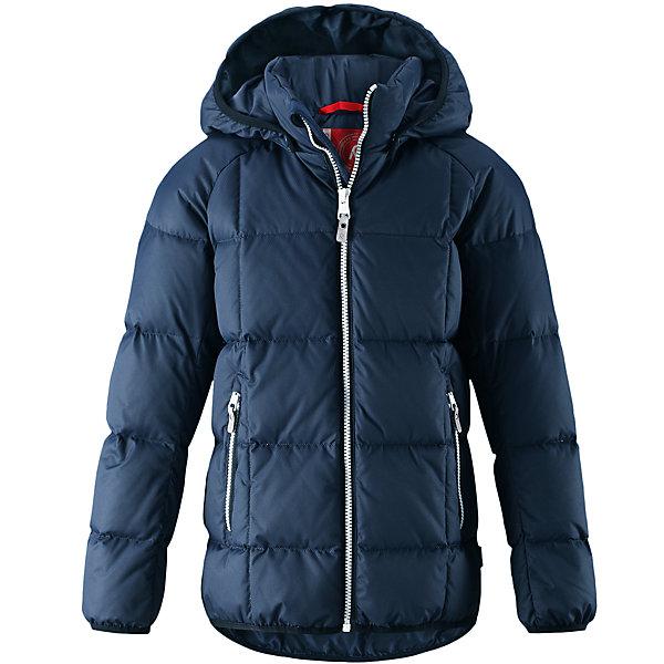 Куртка Reima JordОдежда<br>Характеристики товара:<br><br>• цвет: темно-синий;<br>• 100% полиэстер, полиуретановое покрытие;<br>• утеплитель: 60% пух, 40% перо;<br>• сезон: зима;<br>• температурный режим: от -10 до -30С;<br>• водонепроницаемость: 5000 мм;<br>• воздухопроницаемость: 2000 мм;<br>• особенности: пуховая, стеганая;<br>• водо- и ветронепроницаемый, дышащий и грязеотталкивающий материал;<br>• безопасный, съемный капюшон;<br>• эластичная резинка на кромке каюшона, манжетах и подоле;<br>• два кармана на молнии;<br>• светоотражающие элементы;<br>• страна бренда: Финляндия;<br>• страна производства: Китай.<br><br>Куртка-пуховик для детей и подростков в спортивно-городском стиле. Поверхность с ромбовидным узором добби, утеплитель пух/перо (60/40%). Куртка изготовлена из дышащего, водо и ветронепроницаемого материала, в ней вашему ребенку будет тепло и уютно в морозный день. <br><br>Эта куртка с подкладкой из гладкого полиэстера легко надевается. Снабжена безопасным съемным капюшоном, карманами на молнии и эластичной сборкой по краю капюшона, на манжетах и подоле. Куртка изготовлена из грязеотталкивающего материала, но при этом ее можно сушить в сушильной машине.<br><br>Куртку Jord Reima можно купить в нашем интернет-магазине.<br><br>Ширина мм: 356<br>Глубина мм: 10<br>Высота мм: 245<br>Вес г: 519<br>Цвет: синий<br>Возраст от месяцев: 60<br>Возраст до месяцев: 72<br>Пол: Унисекс<br>Возраст: Детский<br>Размер: 116,110,104,164,158,152,146,140,134,128,122<br>SKU: 6903148
