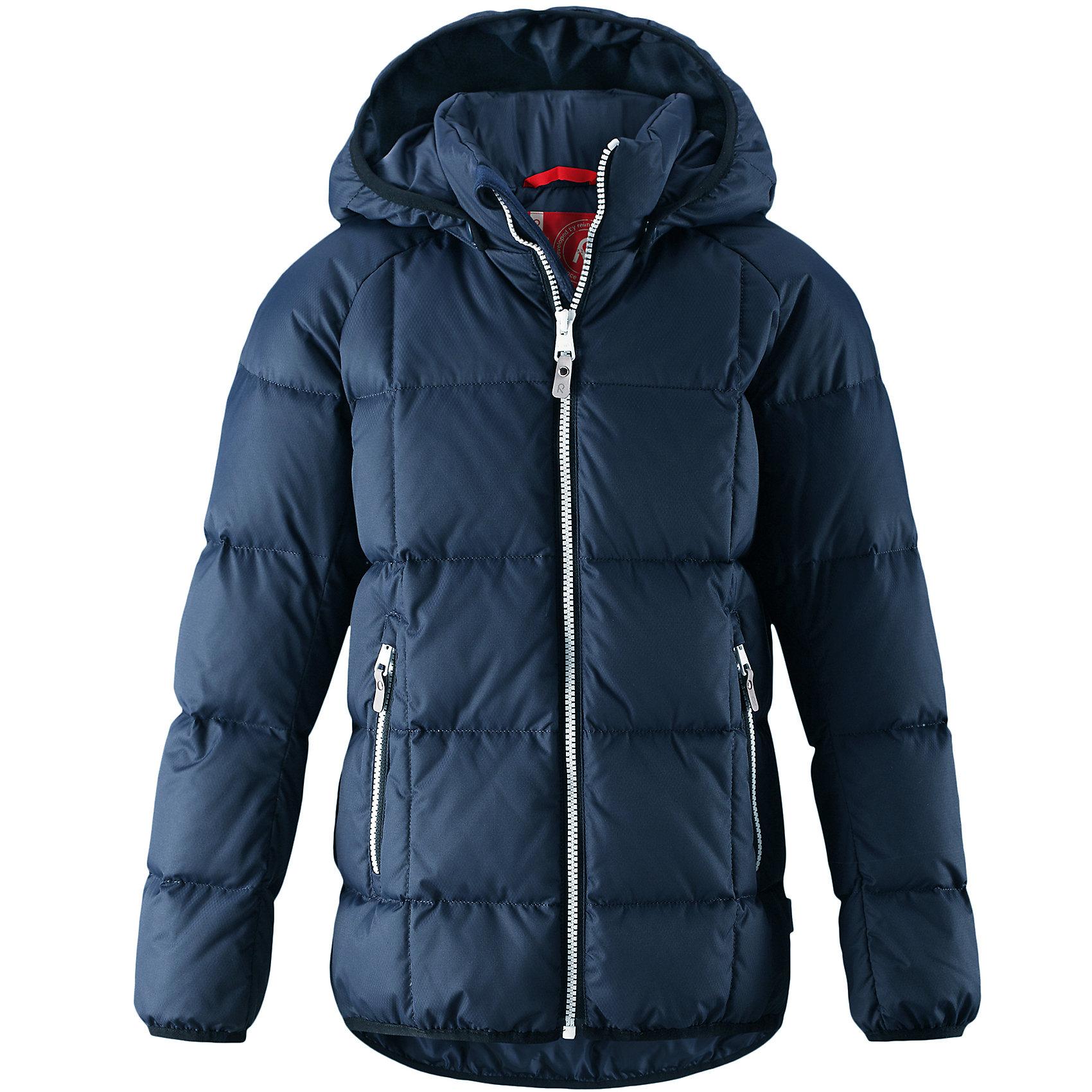 Куртка Reima JordОдежда<br>Куртка-пуховик для детей и подростков в спортивно-городском стиле. Поверхность с ромбовидным узором добби, утеплитель пух/перо (60/40%). Куртка изготовлена из дышащего, водо- и ветронепроницаемого материала, в ней вашему ребенку будет тепло и уютно в морозный день. Эта куртка с подкладкой из гладкого полиэстера легко надевается. <br><br>Снабжена безопасным съемным капюшоном, карманами на молнии и эластичной сборкой по краю капюшона, на манжетах и подоле. Куртка изготовлена из грязеотталкивающего материала, но при этом ее можно сушить в сушильной машине. <br>Состав:<br>100% Полиэстер<br><br>Ширина мм: 356<br>Глубина мм: 10<br>Высота мм: 245<br>Вес г: 519<br>Цвет: синий<br>Возраст от месяцев: 132<br>Возраст до месяцев: 144<br>Пол: Унисекс<br>Возраст: Детский<br>Размер: 152,158,164,104,110,116,122,128,134,140,146<br>SKU: 6903148