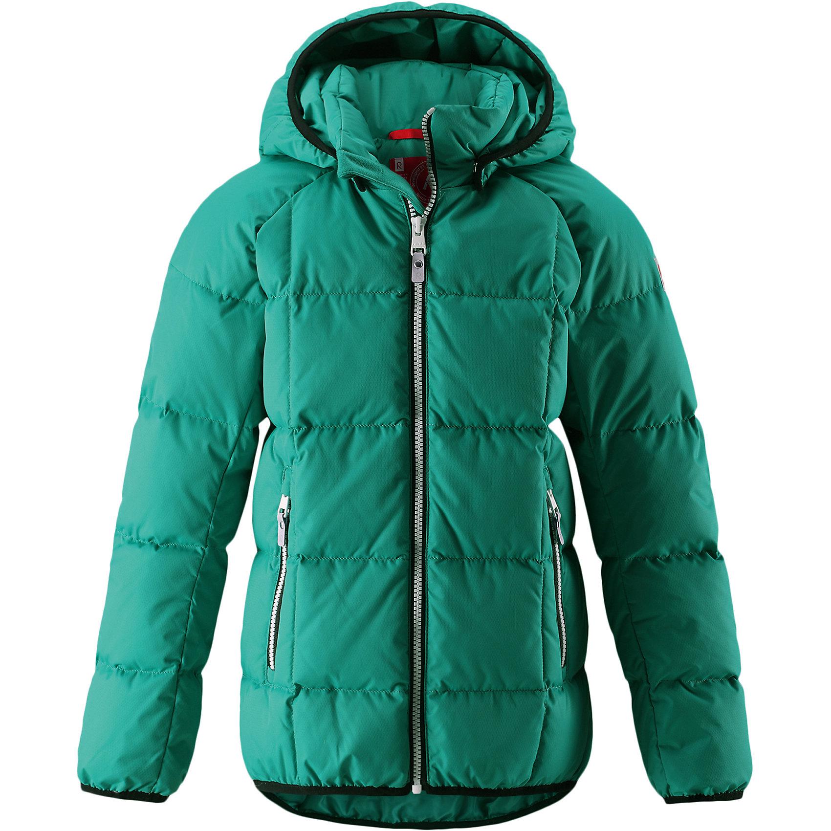 Куртка Reima JordОдежда<br>Куртка-пуховик для детей и подростков в спортивно-городском стиле. Поверхность с ромбовидным узором добби, утеплитель пух/перо (60/40%). Куртка изготовлена из дышащего, водо- и ветронепроницаемого материала, в ней вашему ребенку будет тепло и уютно в морозный день. Эта куртка с подкладкой из гладкого полиэстера легко надевается. <br><br>Снабжена безопасным съемным капюшоном, карманами на молнии и эластичной сборкой по краю капюшона, на манжетах и подоле. Куртка изготовлена из грязеотталкивающего материала, но при этом ее можно сушить в сушильной машине. <br>Состав:<br>100% Полиэстер<br><br>Ширина мм: 356<br>Глубина мм: 10<br>Высота мм: 245<br>Вес г: 519<br>Цвет: зеленый<br>Возраст от месяцев: 156<br>Возраст до месяцев: 168<br>Пол: Унисекс<br>Возраст: Детский<br>Размер: 164,104,110,116,122,128,134,140,146,152,158<br>SKU: 6903160