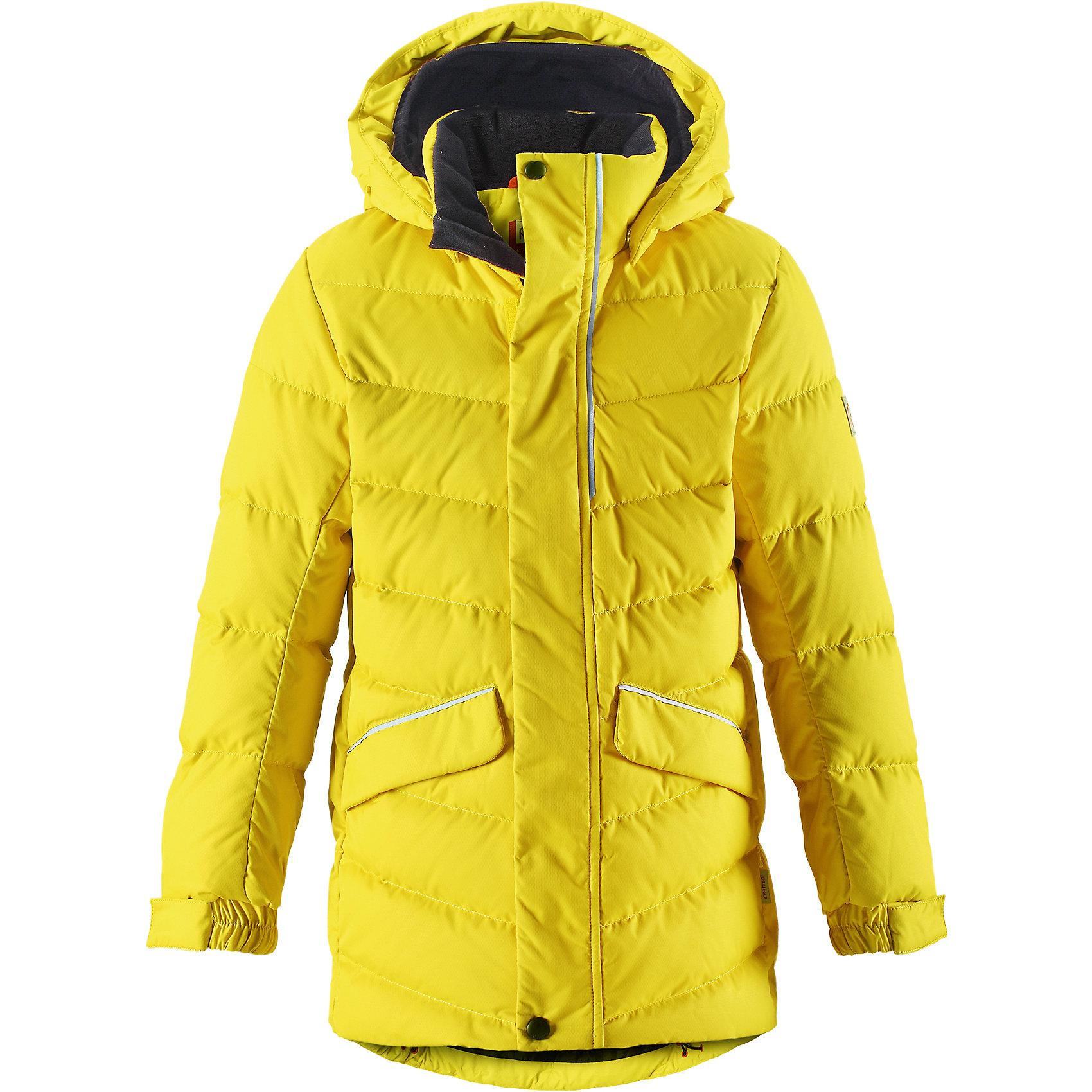 Куртка Janne Reima для мальчикаВерхняя одежда<br>Пуховая куртка для спорта и прогулок по городу. Поверхность с ромбовидным узором добби, утеплитель пух/перо (60/40%). Эта удлиненная модель изготовлена из дышащего, водо- и ветронепроницаемого материала. В куртке вашему ребенку будет тепло и уютно в морозный день. Благодаря подкладке из гладкого полиэстера куртка легко надевается. <br><br>Снабжена безопасным съемным капюшоном, а также регулируемыми манжетами и подолом. Куртка изготовлена из грязеотталкивающего материала, но при этом ее можно сушить в сушильной машине. Она снабжена двумя карманами с клапанами, в одном из которых спрятана удобная петелька. Прикрепите на нее любимый светоотражатель вашего ребенка и обеспечьте ему безопасность и лучшую видимость! <br>Состав:<br>100% Полиэстер<br><br>Ширина мм: 356<br>Глубина мм: 10<br>Высота мм: 245<br>Вес г: 519<br>Цвет: желтый<br>Возраст от месяцев: 36<br>Возраст до месяцев: 48<br>Пол: Мужской<br>Возраст: Детский<br>Размер: 104,164,110,116,122,128,134,140,146,152,158<br>SKU: 6903172