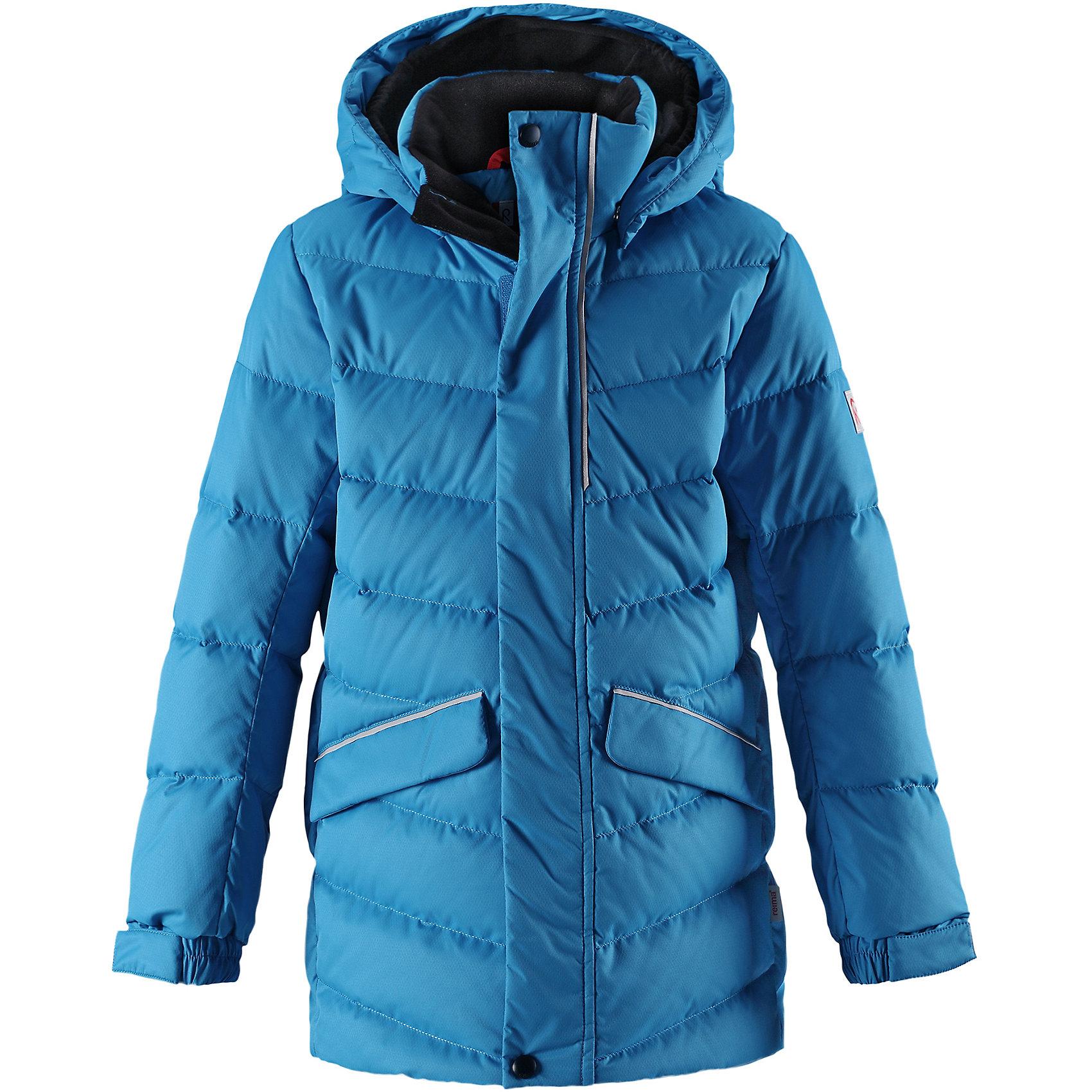 Куртка Reima Janne для мальчикаВерхняя одежда<br>Характеристики товара:<br><br>• цвет: голубой;<br>• состав: 100% полиэстер;<br>• подкладка: 100% полиэстер;<br>• утеплитель: 60% пух, 40; перо;<br>• сезон: зима;<br>• температурный режим: от 0 до -30С;<br>• водонепроницаемость: 5000 мм;<br>• воздухопроницаемость: 2000 мм;<br>• износостойкость: 10000 циклов (тест Мартиндейла);<br>• водо- и ветронепроницаемый, дышащий и грязеотталкивающий материал;<br>• основные швы проклеены и не пропускают влагу;<br>• застежка: молния с дополнительной планкой;<br>• гладкая подкладка из полиэстера;<br>• безопасный съемный капюшон;<br>• регулируемые манжеты и подол;<br>• петля для дополнительных светоотражающих деталей;<br>• два кармана с кнопками:<br>• светоотражающие детали;<br>• страна бренда: Финляндия;<br>• страна изготовитель: Китай.<br><br>Пуховая куртка для спорта и прогулок по городу. Поверхность с ромбовидным узором добби, утеплитель пух/перо (60/40%). Эта удлиненная модель изготовлена из дышащего, водо и ветронепроницаемого материала. В куртке вашему ребенку будет тепло и уютно в морозный день. Благодаря подкладке из гладкого полиэстера, куртка легко надевается. <br><br>Снабжена безопасным съемным капюшоном, а также регулируемыми манжетами и подолом. Куртка изготовлена из грязеотталкивающего материала, но при этом ее можно сушить в сушильной машине. Она снабжена двумя карманами с клапанами, в одном из которых спрятана удобная петелька. Прикрепите на нее любимый светоотражатель вашего ребенка и обеспечьте ему безопасность и лучшую видимость!<br><br>Куртку Janne для мальчика Reima от финского бренда Reima (Рейма) можно купить в нашем интернет-магазине.<br><br>Ширина мм: 356<br>Глубина мм: 10<br>Высота мм: 245<br>Вес г: 519<br>Цвет: синий<br>Возраст от месяцев: 156<br>Возраст до месяцев: 168<br>Пол: Мужской<br>Возраст: Детский<br>Размер: 104,164,110,116,122,128,134,140,146,152,158<br>SKU: 6903184