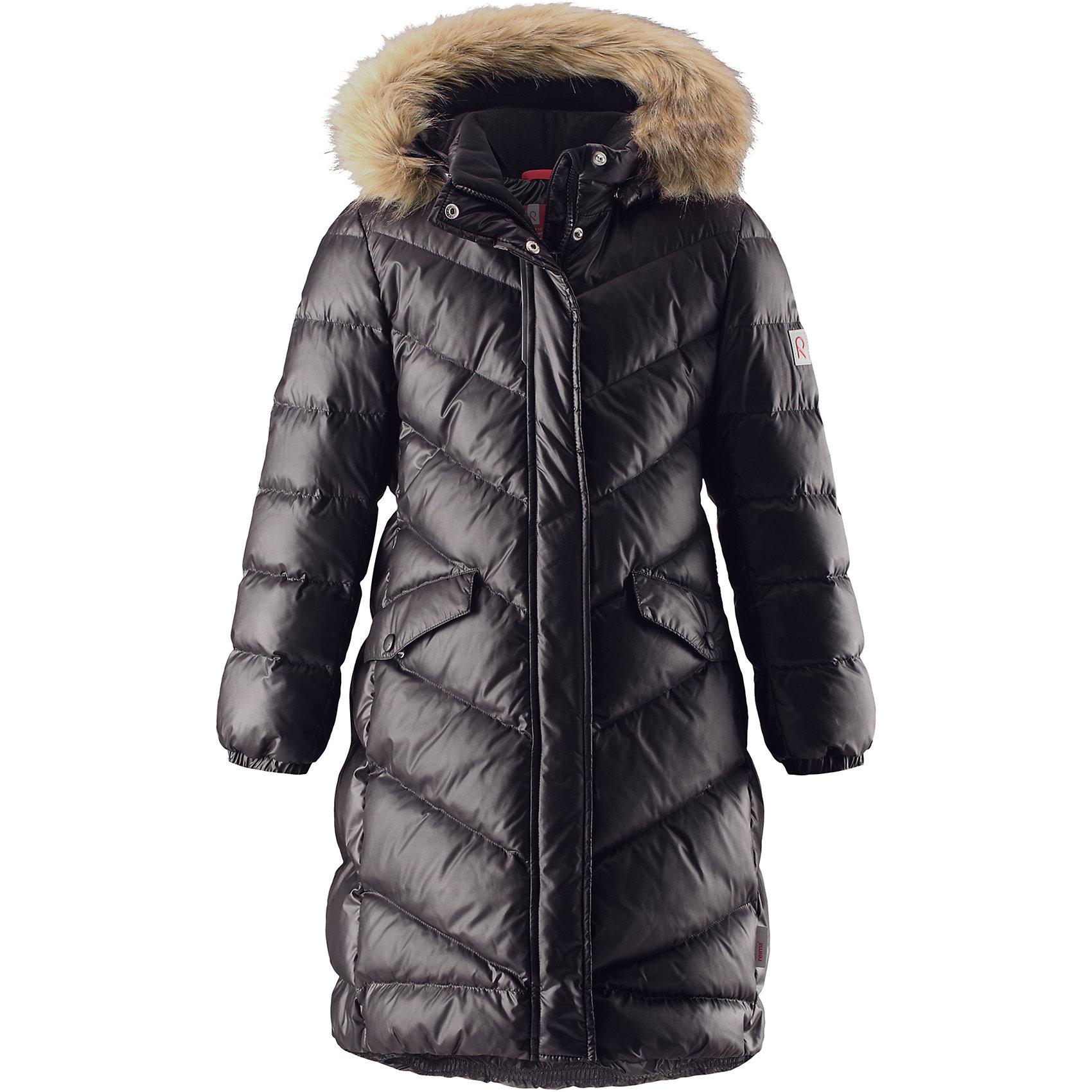 Куртка Reimatec® Reima Satu для девочкиВерхняя одежда<br>Характеристики товара:<br><br>• цвет: черный;<br>• состав: 100% полиэстер;<br>• подкладка: 100% полиэстер;<br>• утеплитель: 60% пух, 40% перо;<br>• сезон: зима;<br>• температурный режим: от 0 до -30С;<br>• водонепроницаемость: 15000 мм;<br>• воздухопроницаемость: 7000 мм;<br>• износостойкость: 40000 циклов (тест Мартиндейла);<br>• водо- и ветронепроницаемый, дышащий и грязеотталкивающий материал;<br>• все швы проклеены и водонепроницаемы;<br>• застежка: молния с защитой подбородка;<br>• гладкая подкладка из полиэстера;<br>• безопасный съемный капюшон;<br>• съемный искусственный мех на капюшоне;<br>• эластичные манжеты;<br>• эластичная талия и подол;<br>• удлиненная модель;<br>• два кармана с кнопками;<br>• светоотражающие детали;<br>• страна бренда: Финляндия;<br>• страна изготовитель: Китай.<br><br>Превосходная, очень теплая зимняя куртка будет модно смотреться на прогулке по городу! У этой пуховой куртки для подростков очень красивый приталенный и удлиненный силуэт – специально для девочек. Куртка изготовлена из водоотталкивающего и дышащего, ветронепроницаемого материала, в ней вашей зимней принцессе будет тепло и уютно в морозный день. <br><br>Благодаря гладкому полиэстеру на подкладке, куртка легко надевается, а удобная двусторонняя молния превратит одевание в веселую игру. Эластичный поясок на спинке придает этой модной куртке красивый силуэт. Куртка снабжена безопасным съемным капюшоном со стильной съемной отделкой из искусственного меха. <br><br>Обратите внимание на удобную петельку, спрятанную в кармане с клапаном – к ней можно прикрепить любимый светоотражатель ребенка для обеспечения безопасности и лучшей видимости.<br><br>Куртку Satu для девочки Reimatec® Reima от финского бренда Reima (Рейма) можно купить в нашем интернет-магазине.<br><br>Ширина мм: 356<br>Глубина мм: 10<br>Высота мм: 245<br>Вес г: 519<br>Цвет: черный<br>Возраст от месяцев: 156<br>Возраст до месяцев: 168<br>Пол: Женский<br>Возраст