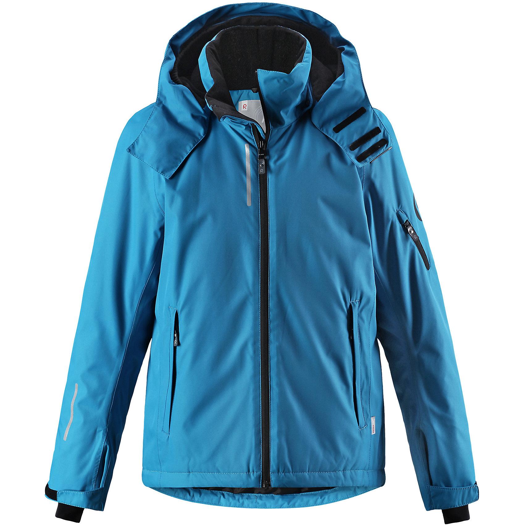 Куртка Reimatec® Reima Detour для мальчикаВерхняя одежда<br>Характеристики товара:<br><br>• цвет: голубой;<br>• состав: 100% полиэстер;<br>• подкладка: 100% полиэстер;<br>• утеплитель: 140 г/м2;<br>• сезон: зима;<br>• температурный режим: от 0 до -20С;<br>• водонепроницаемость: 5000 мм;<br>• воздухопроницаемость: 4000 мм;<br>• износостойкость: 15000 циклов (тест Мартиндейла);<br>• водо- и ветронепроницаемый, дышащий и грязеотталкивающий материал;<br>• основные швы проклеены и водонепроницаемы;<br>• застежка: молния с защитой подбородка;<br>• гладкая подкладка из полиэстера;<br>• безопасный съемный и регулируемый капюшон;<br>• регулируемые манжеты и внутренние манжеты из лайкры;<br>• регулируемый подол, снегозащитный манжет на талии;<br>• карманы на молнии, карман для skipass на рукаве;<br>• карман для очков, внутренний нагрудный карман;<br>• светоотражающие детали;<br>• страна бренда: Финляндия;<br>• страна изготовитель: Китай.<br><br>Детская непромокаемая зимняя куртка изготовлена из ветронепроницаемого, дышащего материала с верхним водо и грязеотталкивающим слоем. Основные швы в куртке проклеены и водонепроницаемы, поэтому никакой дождь не помешает веселым зимним играм на свежем воздухе! <br><br>Эта куртка с множеством функциональных деталей, идеально подходит для активного дня на свежем воздухе: регулируемый подол со снежной юбкой не пропустит внутрь влагу и снег, а регулируемые манжеты с внутренними манжетами из лайкры защищают запястья от холода. <br><br>Карман для лыжной карты на рукаве поможет быстро достать карточку в очереди на подъемник, а в кармане для очков и внутреннем нагрудном кармане можно носить лыжные очки. Съемный и регулируемый капюшон защищает от пронизывающего ветра, к тому же он абсолютно безопасен на лыжном склоне – легко отстегнется, если вдруг за что-нибудь зацепится. <br><br>Куртку Detour для мальчика Reimatec® Reima от финского бренда Reima (Рейма) можно купить в нашем интернет-магазине.<br><br>Ширина мм: 356<br>Глубина мм: 10<br>Высота м
