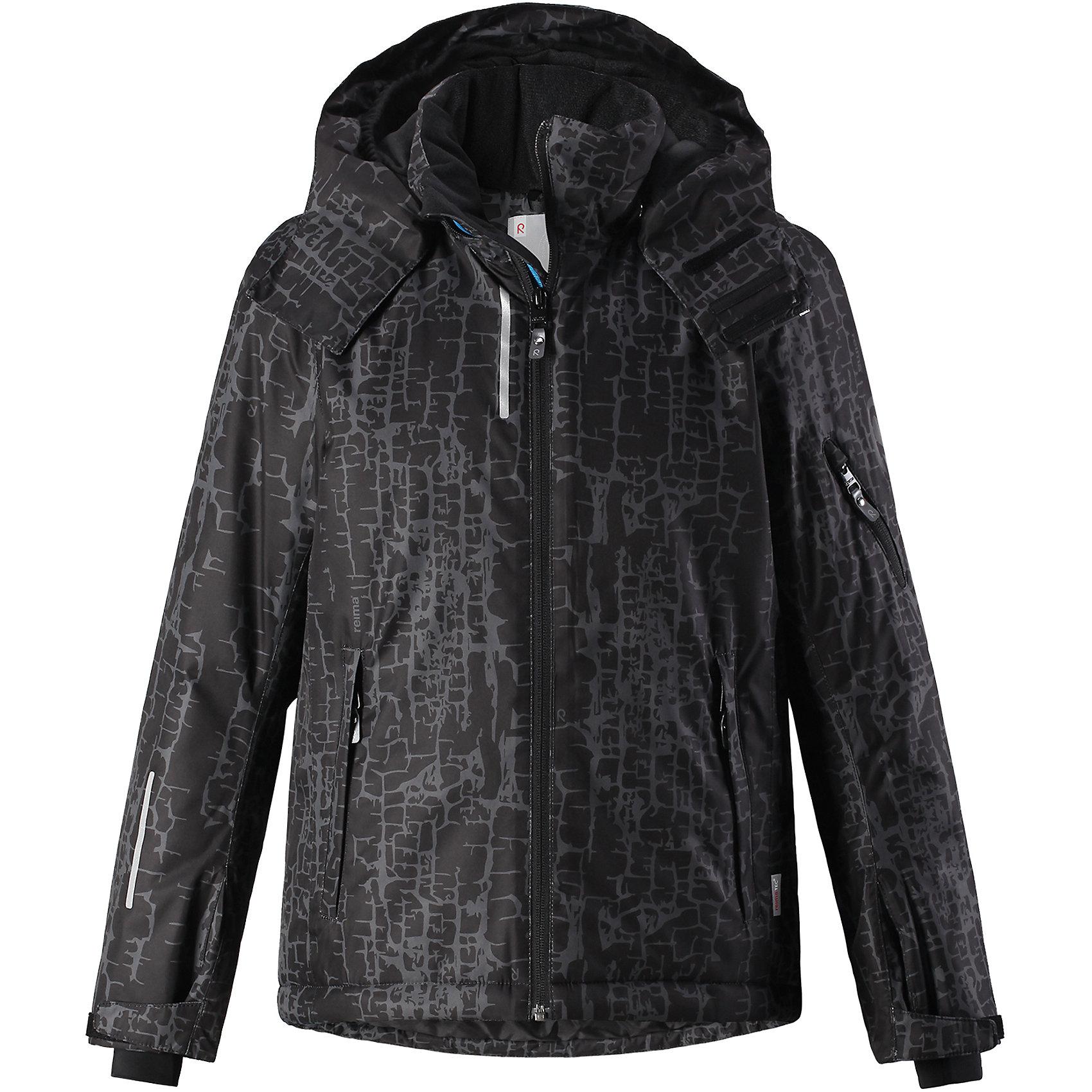 Куртка Reimatec® Reima Detour для мальчикаВерхняя одежда<br>Характеристики товара:<br><br>• цвет: черный;<br>• состав: 100% полиэстер;<br>• подкладка: 100% полиэстер;<br>• утеплитель: 140 г/м2;<br>• сезон: зима;<br>• температурный режим: от 0 до -20С;<br>• водонепроницаемость: 5000 мм;<br>• воздухопроницаемость: 4000 мм;<br>• износостойкость: 15000 циклов (тест Мартиндейла);<br>• водо- и ветронепроницаемый, дышащий и грязеотталкивающий материал;<br>• основные швы проклеены и водонепроницаемы;<br>• застежка: молния с защитой подбородка;<br>• гладкая подкладка из полиэстера;<br>• безопасный съемный и регулируемый капюшон;<br>• регулируемые манжеты и внутренние манжеты из лайкры;<br>• регулируемый подол, снегозащитный манжет на талии;<br>• карманы на молнии, карман для skipass на рукаве;<br>• карман для очков, внутренний нагрудный карман;<br>• светоотражающие детали;<br>• страна бренда: Финляндия;<br>• страна изготовитель: Китай.<br><br>Детская непромокаемая зимняя куртка изготовлена из ветронепроницаемого, дышащего материала с верхним водо и грязеотталкивающим слоем. Основные швы в куртке проклеены и водонепроницаемы, поэтому никакой дождь не помешает веселым зимним играм на свежем воздухе! <br><br>Эта куртка с множеством функциональных деталей, идеально подходит для активного дня на свежем воздухе: регулируемый подол со снежной юбкой не пропустит внутрь влагу и снег, а регулируемые манжеты с внутренними манжетами из лайкры защищают запястья от холода. <br><br>Карман для лыжной карты на рукаве поможет быстро достать карточку в очереди на подъемник, а в кармане для очков и внутреннем нагрудном кармане можно носить лыжные очки. Съемный и регулируемый капюшон защищает от пронизывающего ветра, к тому же он абсолютно безопасен на лыжном склоне – легко отстегнется, если вдруг за что-нибудь зацепится. <br><br>Куртку Detour для мальчика Reimatec® Reima от финского бренда Reima (Рейма) можно купить в нашем интернет-магазине.<br><br>Ширина мм: 356<br>Глубина мм: 10<br>Высота мм