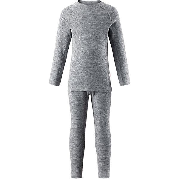 Комплект нижнего белья Reima KinseiФлис и термобелье<br>Характеристики товара:<br><br>• цвет: серый;<br>• состав: 72% шерсть, 28% лиоцелл; <br>• сезон: демисезон;<br>• смесь мягкой мериносовой шерсти и Tencel® для поддержания идеальной температуры тела;<br>• мягкие плоские швы для дополнительного комфорта: не раздражают кожу;<br>• при намокании сохраняет тепло;<br>• эластичная талия;<br>• удлиненный подол сзади;<br>• страна бренда: Финляндия;<br>• страна изготовитель: Китай;<br><br>Детский базовый комплект сшит из необыкновенно мягкого материала – смеси мериносовой шерсти и волокон Tencel®. Материал превосходно регулирует температуру, благодаря чему этот комплект можно носить круглый год. Комплект хорошо держит форму даже после нескольких стирок. Он также очень приятен на ощупь и удобен благодаря мягким плоским швам, которые не натирают кожу, а благодаря эластичной трикотажной резинке он плотно сидит, но не стесняет движений.<br><br>Комплект нижнего белья Kinsei Reima (Рейма) можно купить в нашем интернет-магазине.<br><br>Ширина мм: 196<br>Глубина мм: 10<br>Высота мм: 154<br>Вес г: 152<br>Цвет: серый<br>Возраст от месяцев: 15<br>Возраст до месяцев: 18<br>Пол: Унисекс<br>Возраст: Детский<br>Размер: 80,90,100,110,120,130,140,150,160<br>SKU: 6904580