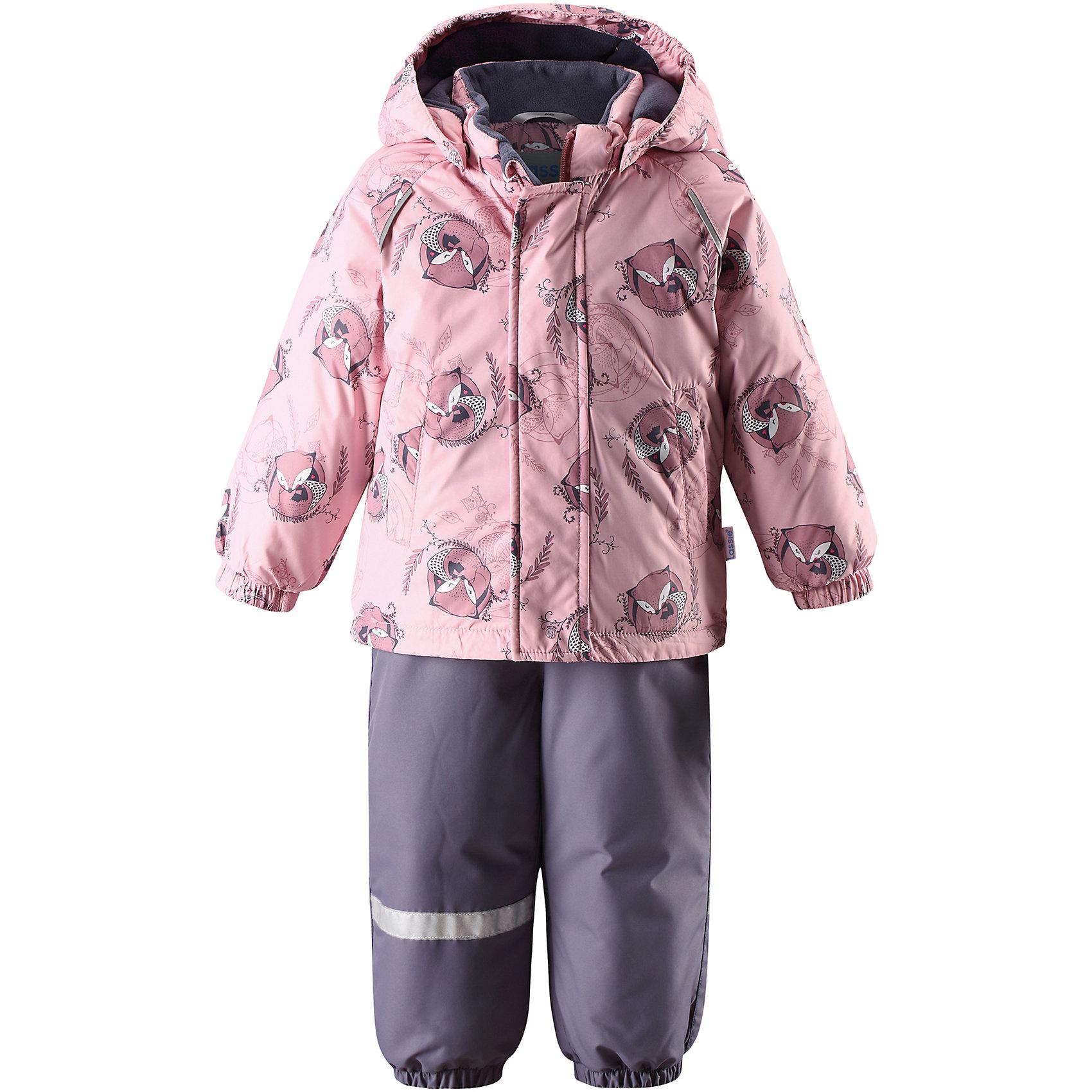 Комплект LassieОдежда<br>Характеристики товара:<br><br>• цвет: розовый;<br>• состав: 100% полиэстер, полиуретановое покрытие;<br>• подкладка: 100% полиэстер;<br>• утеплитель: куртка 180 г/м2, брюки 140 г/м2;<br>• сезон: зима;<br>• температурный режим: от 0 до -20С;<br>• водонепроницаемость: 1000 мм;<br>• воздухопроницаемость: 2000 мм;<br>• износостойкость: 15000/20000 циклов (тест Мартиндейла)<br>• застежка: молния с защитой подбородка, молния сбоку у брюк;<br>• водоотталкивающий, ветронепроницаемый и дышащий материал;<br>• задний серединный шов брюк проклеен;<br>• гладкая подкладка из полиэстера;<br>• безопасный съемный капюшон;<br>• эластичные манжеты;<br>• регулируемый подол;<br>• эластичные штанины;<br>• съемные эластичные штрипки;<br>• два прорезных кармана;<br>• регулируемые эластичные подтяжки;<br>• светоотражающие детали;<br>• страна бренда: Финляндия;<br>• страна изготовитель: Китай;<br><br>Изумительный зимний комплект для малышей согреет вашего кроху во время прогулок на свежем воздухе. Безопасный съемный капюшон защищает щечки от морозного ветра. Регулируемый подол позволяет откорректировать куртку идеально по фигуре, а благодаря регулируемым подтяжкам и штрипкам брюки не сползут и не будут задираться даже во время самых активных игр на снегу. Удобные прорезные карманы помогут сберечь все маленькие сокровища!<br><br>Комплект Lassie (Ласси) можно купить в нашем интернет-магазине.<br><br>Ширина мм: 356<br>Глубина мм: 10<br>Высота мм: 245<br>Вес г: 519<br>Цвет: розовый<br>Возраст от месяцев: 24<br>Возраст до месяцев: 36<br>Пол: Женский<br>Возраст: Детский<br>Размер: 98,80,86,92<br>SKU: 6905406