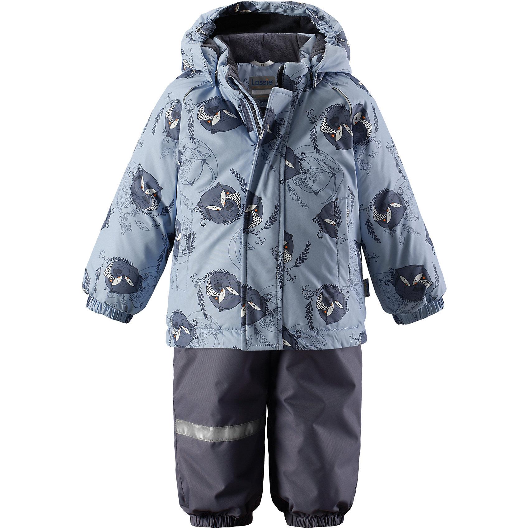 Комплект LassieОдежда<br>Характеристики товара:<br><br>• цвет: голубой;<br>• состав: 100% полиэстер, полиуретановое покрытие;<br>• подкладка: 100% полиэстер;<br>• утеплитель: куртка 180 г/м2, брюки 140 г/м2;<br>• сезон: зима;<br>• температурный режим: от 0 до -20С;<br>• водонепроницаемость: 1000 мм;<br>• воздухопроницаемость: 2000 мм;<br>• износостойкость: 15000/20000 циклов (тест Мартиндейла)<br>• застежка: молния с защитой подбородка, молния сбоку у брюк;<br>• водоотталкивающий, ветронепроницаемый и дышащий материал;<br>• задний серединный шов брюк проклеен;<br>• гладкая подкладка из полиэстера;<br>• безопасный съемный капюшон;<br>• эластичные манжеты;<br>• регулируемый подол;<br>• эластичные штанины;<br>• съемные эластичные штрипки;<br>• два прорезных кармана;<br>• регулируемые эластичные подтяжки;<br>• светоотражающие детали;<br>• страна бренда: Финляндия;<br>• страна изготовитель: Китай;<br><br>Изумительный зимний комплект для малышей согреет вашего кроху во время прогулок на свежем воздухе. Безопасный съемный капюшон защищает щечки от морозного ветра. Регулируемый подол позволяет откорректировать куртку идеально по фигуре, а благодаря регулируемым подтяжкам и штрипкам брюки не сползут и не будут задираться даже во время самых активных игр на снегу. Удобные прорезные карманы помогут сберечь все маленькие сокровища!<br><br>Комплект Lassie (Ласси) можно купить в нашем интернет-магазине.<br><br>Ширина мм: 356<br>Глубина мм: 10<br>Высота мм: 245<br>Вес г: 519<br>Цвет: серый<br>Возраст от месяцев: 24<br>Возраст до месяцев: 36<br>Пол: Мужской<br>Возраст: Детский<br>Размер: 98,80,86,92<br>SKU: 6905411
