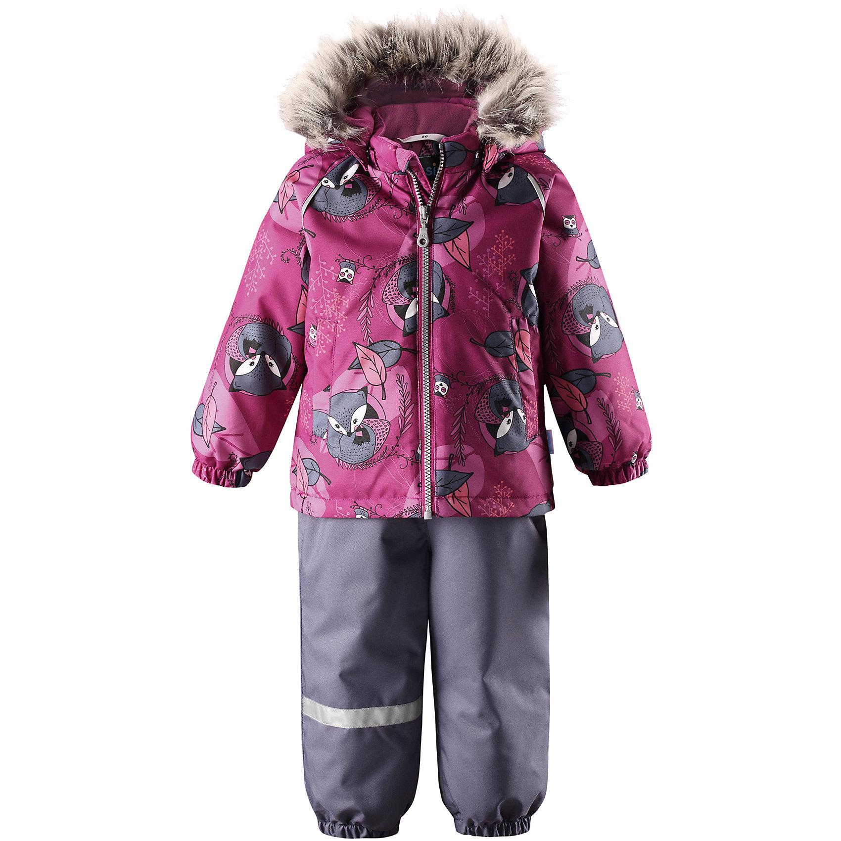Комплект LassieВерхняя одежда<br>Характеристики товара:<br><br>• цвет: розовый;<br>• состав: 100% полиэстер, полиуретановое покрытие;<br>• подкладка: 100% полиэстер;<br>• утеплитель: куртка 180 г/м2, брюки 140 г/м2;<br>• сезон: зима;<br>• температурный режим: от 0 до -20С;<br>• водонепроницаемость: 1000 мм;<br>• воздухопроницаемость: 1000 мм;<br>• износостойкость: 50000 циклов (тест Мартиндейла)<br>• застежка: молния с защитой подбородка, молния сбоку у брюк;<br>• водоотталкивающий, ветронепроницаемый и дышащий материал;<br>• сверхпрочный материал;<br>• задний серединный шов брюк проклеен;<br>• гладкая подкладка из полиэстера;<br>• безопасный съемный капюшон;<br>• съемный искусственный мех на капюшоне;<br>• эластичные манжеты;<br>• регулируемый подол;<br>• эластичные штанины;<br>• съемные эластичные штрипки;<br>• два прорезных кармана;<br>• регулируемые эластичные подтяжки;<br>• светоотражающие детали;<br>• страна бренда: Финляндия;<br>• страна изготовитель: Китай;<br><br>Этот красивый зимний комплект для малышей исполнен волшебного духа зимы, а еще он очень практичный! Комплект изготовлен из прочного, ветронепроницаемого и дышащего материала с верхним водо- и грязеотталкивающим слоем, он обеспечивает полный комфорт во время веселых прогулок. Безопасный съемный капюшон украшает стильная оторочка из искусственного меха, а регулируемый подол позволяет откорректировать куртку идеально по фигуре. Обратите внимание на удобные съемные штрипки, за счет которых брюки не будут задираться, и съемные регулируемые подтяжки – брюки не будут спадать, как ни бегай!<br><br>Комплект Lassie (Ласси) можно купить в нашем интернет-магазине.<br><br>Ширина мм: 356<br>Глубина мм: 10<br>Высота мм: 245<br>Вес г: 519<br>Цвет: розовый<br>Возраст от месяцев: 15<br>Возраст до месяцев: 18<br>Пол: Унисекс<br>Возраст: Детский<br>Размер: 86,92,98,74,80<br>SKU: 6905416