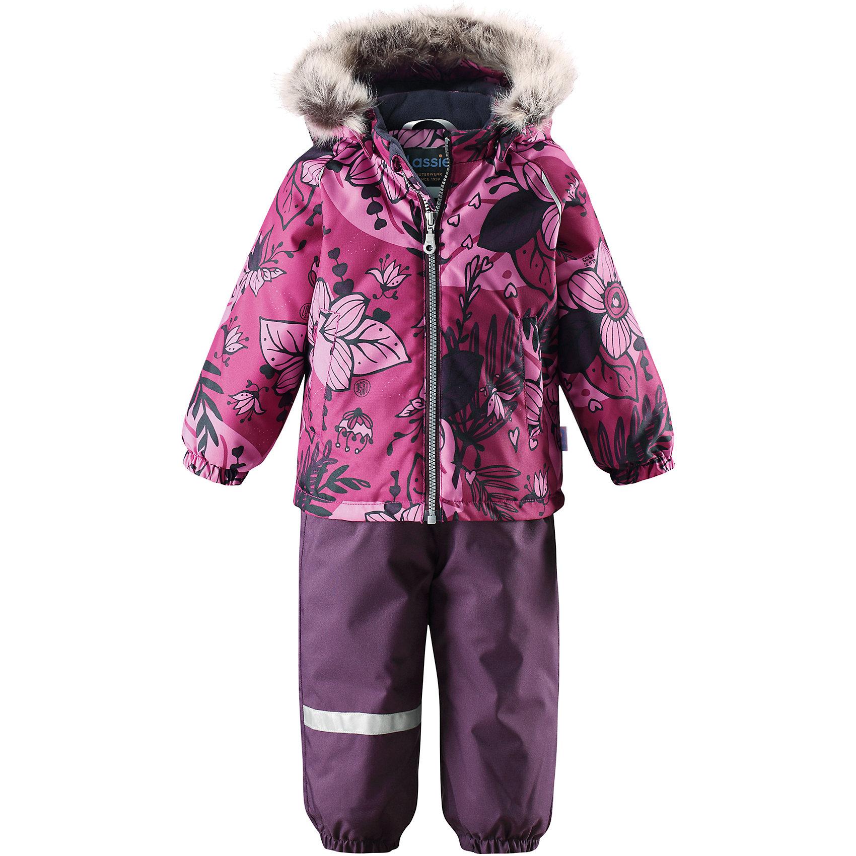 Комплект LassieВерхняя одежда<br>Характеристики товара:<br><br>• цвет: розовый/фиолетовый;<br>• состав: 100% полиэстер, полиуретановое покрытие;<br>• подкладка: 100% полиэстер;<br>• утеплитель: куртка 180 г/м2, брюки 140 г/м2;<br>• сезон: зима;<br>• температурный режим: от 0 до -20С;<br>• водонепроницаемость: 1000 мм;<br>• воздухопроницаемость: 1000 мм;<br>• износостойкость: 50000 циклов (тест Мартиндейла)<br>• застежка: молния с защитой подбородка, молния сбоку у брюк;<br>• водоотталкивающий, ветронепроницаемый и дышащий материал;<br>• сверхпрочный материал;<br>• задний серединный шов брюк проклеен;<br>• гладкая подкладка из полиэстера;<br>• безопасный съемный капюшон;<br>• съемный искусственный мех на капюшоне;<br>• эластичные манжеты;<br>• регулируемый подол;<br>• эластичные штанины;<br>• съемные эластичные штрипки;<br>• два прорезных кармана;<br>• регулируемые эластичные подтяжки;<br>• светоотражающие детали;<br>• страна бренда: Финляндия;<br>• страна изготовитель: Китай;<br><br>Этот красивый зимний комплект для малышей исполнен волшебного духа зимы, а еще он очень практичный! Комплект изготовлен из прочного, ветронепроницаемого и дышащего материала с верхним водо- и грязеотталкивающим слоем, он обеспечивает полный комфорт во время веселых прогулок. Безопасный съемный капюшон украшает стильная оторочка из искусственного меха, а регулируемый подол позволяет откорректировать куртку идеально по фигуре. Обратите внимание на удобные съемные штрипки, за счет которых брюки не будут задираться, и съемные регулируемые подтяжки – брюки не будут спадать, как ни бегай!<br><br>Комплект Lassie (Ласси) можно купить в нашем интернет-магазине.<br><br>Ширина мм: 356<br>Глубина мм: 10<br>Высота мм: 245<br>Вес г: 519<br>Цвет: розовый<br>Возраст от месяцев: 24<br>Возраст до месяцев: 36<br>Пол: Унисекс<br>Возраст: Детский<br>Размер: 98,80,86,74,92<br>SKU: 6905422
