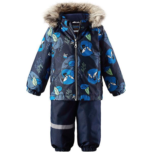 Комплект LassieВерхняя одежда<br>Характеристики товара:<br><br>• цвет: синий;<br>• состав: 100% полиэстер, полиуретановое покрытие;<br>• подкладка: 100% полиэстер;<br>• утеплитель: куртка 180 г/м2, брюки 140 г/м2;<br>• сезон: зима;<br>• температурный режим: от 0 до -20С;<br>• водонепроницаемость: 1000 мм;<br>• воздухопроницаемость: 1000 мм;<br>• износостойкость: 50000 циклов (тест Мартиндейла)<br>• застежка: молния с защитой подбородка, молния сбоку у брюк;<br>• водоотталкивающий, ветронепроницаемый и дышащий материал;<br>• сверхпрочный материал;<br>• задний серединный шов брюк проклеен;<br>• гладкая подкладка из полиэстера;<br>• безопасный съемный капюшон;<br>• съемный искусственный мех на капюшоне;<br>• эластичные манжеты;<br>• регулируемый подол;<br>• эластичные штанины;<br>• съемные эластичные штрипки;<br>• два прорезных кармана;<br>• регулируемые эластичные подтяжки;<br>• светоотражающие детали;<br>• страна бренда: Финляндия;<br>• страна изготовитель: Китай;<br><br>Этот красивый зимний комплект для малышей исполнен волшебного духа зимы, а еще он очень практичный! Комплект изготовлен из прочного, ветронепроницаемого и дышащего материала с верхним водо- и грязеотталкивающим слоем, он обеспечивает полный комфорт во время веселых прогулок. Безопасный съемный капюшон украшает стильная оторочка из искусственного меха, а регулируемый подол позволяет откорректировать куртку идеально по фигуре. Обратите внимание на удобные съемные штрипки, за счет которых брюки не будут задираться, и съемные регулируемые подтяжки – брюки не будут спадать, как ни бегай!<br><br>Комплект Lassie (Ласси) можно купить в нашем интернет-магазине.<br>Ширина мм: 356; Глубина мм: 10; Высота мм: 245; Вес г: 519; Цвет: синий; Возраст от месяцев: 6; Возраст до месяцев: 9; Пол: Мужской; Возраст: Детский; Размер: 74,98,92,86,80; SKU: 6905428;