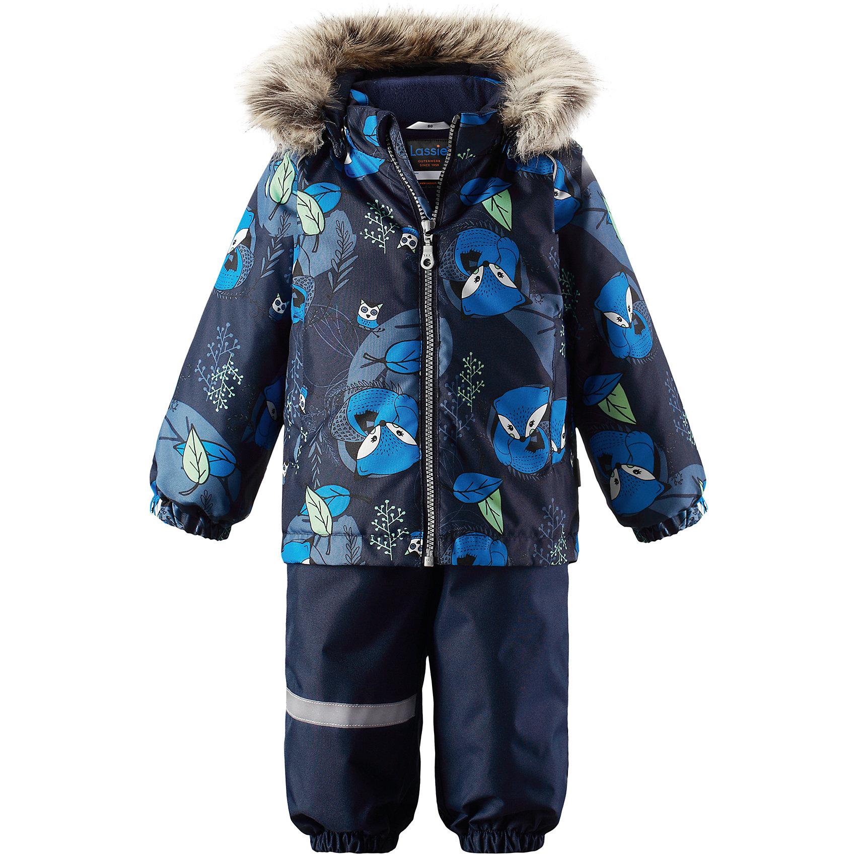 Комплект LassieВерхняя одежда<br>Характеристики товара:<br><br>• цвет: синий;<br>• состав: 100% полиэстер, полиуретановое покрытие;<br>• подкладка: 100% полиэстер;<br>• утеплитель: куртка 180 г/м2, брюки 140 г/м2;<br>• сезон: зима;<br>• температурный режим: от 0 до -20С;<br>• водонепроницаемость: 1000 мм;<br>• воздухопроницаемость: 1000 мм;<br>• износостойкость: 50000 циклов (тест Мартиндейла)<br>• застежка: молния с защитой подбородка, молния сбоку у брюк;<br>• водоотталкивающий, ветронепроницаемый и дышащий материал;<br>• сверхпрочный материал;<br>• задний серединный шов брюк проклеен;<br>• гладкая подкладка из полиэстера;<br>• безопасный съемный капюшон;<br>• съемный искусственный мех на капюшоне;<br>• эластичные манжеты;<br>• регулируемый подол;<br>• эластичные штанины;<br>• съемные эластичные штрипки;<br>• два прорезных кармана;<br>• регулируемые эластичные подтяжки;<br>• светоотражающие детали;<br>• страна бренда: Финляндия;<br>• страна изготовитель: Китай;<br><br>Этот красивый зимний комплект для малышей исполнен волшебного духа зимы, а еще он очень практичный! Комплект изготовлен из прочного, ветронепроницаемого и дышащего материала с верхним водо- и грязеотталкивающим слоем, он обеспечивает полный комфорт во время веселых прогулок. Безопасный съемный капюшон украшает стильная оторочка из искусственного меха, а регулируемый подол позволяет откорректировать куртку идеально по фигуре. Обратите внимание на удобные съемные штрипки, за счет которых брюки не будут задираться, и съемные регулируемые подтяжки – брюки не будут спадать, как ни бегай!<br><br>Комплект Lassie (Ласси) можно купить в нашем интернет-магазине.<br><br>Ширина мм: 356<br>Глубина мм: 10<br>Высота мм: 245<br>Вес г: 519<br>Цвет: синий<br>Возраст от месяцев: 24<br>Возраст до месяцев: 36<br>Пол: Унисекс<br>Возраст: Детский<br>Размер: 98,74,80,86,92<br>SKU: 6905428