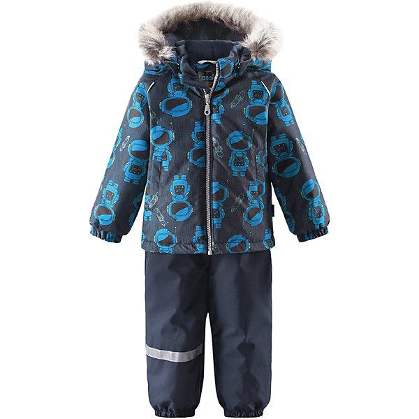 Комплект LassieВерхняя одежда<br>Характеристики товара:<br><br>• цвет: синий;<br>• состав: 100% полиэстер, полиуретановое покрытие;<br>• подкладка: 100% полиэстер;<br>• утеплитель: куртка 180 г/м2, брюки 140 г/м2;<br>• сезон: зима;<br>• температурный режим: от 0 до -20С;<br>• водонепроницаемость: 1000 мм;<br>• воздухопроницаемость: 1000 мм;<br>• износостойкость: 50000 циклов (тест Мартиндейла)<br>• застежка: молния с защитой подбородка, молния сбоку у брюк;<br>• водоотталкивающий, ветронепроницаемый и дышащий материал;<br>• сверхпрочный материал;<br>• задний серединный шов брюк проклеен;<br>• гладкая подкладка из полиэстера;<br>• безопасный съемный капюшон;<br>• съемный искусственный мех на капюшоне;<br>• эластичные манжеты;<br>• регулируемый подол;<br>• эластичные штанины;<br>• съемные эластичные штрипки;<br>• два прорезных кармана;<br>• регулируемые эластичные подтяжки;<br>• светоотражающие детали;<br>• страна бренда: Финляндия;<br>• страна изготовитель: Китай;<br><br>Этот красивый зимний комплект для малышей исполнен волшебного духа зимы, а еще он очень практичный! Комплект изготовлен из прочного, ветронепроницаемого и дышащего материала с верхним водо- и грязеотталкивающим слоем, он обеспечивает полный комфорт во время веселых прогулок. Безопасный съемный капюшон украшает стильная оторочка из искусственного меха, а регулируемый подол позволяет откорректировать куртку идеально по фигуре. Обратите внимание на удобные съемные штрипки, за счет которых брюки не будут задираться, и съемные регулируемые подтяжки – брюки не будут спадать, как ни бегай!<br><br>Комплект Lassie (Ласси) можно купить в нашем интернет-магазине.<br><br>Ширина мм: 356<br>Глубина мм: 10<br>Высота мм: 245<br>Вес г: 519<br>Цвет: синий<br>Возраст от месяцев: 6<br>Возраст до месяцев: 9<br>Пол: Мужской<br>Возраст: Детский<br>Размер: 74,98,92,86,80<br>SKU: 6905434