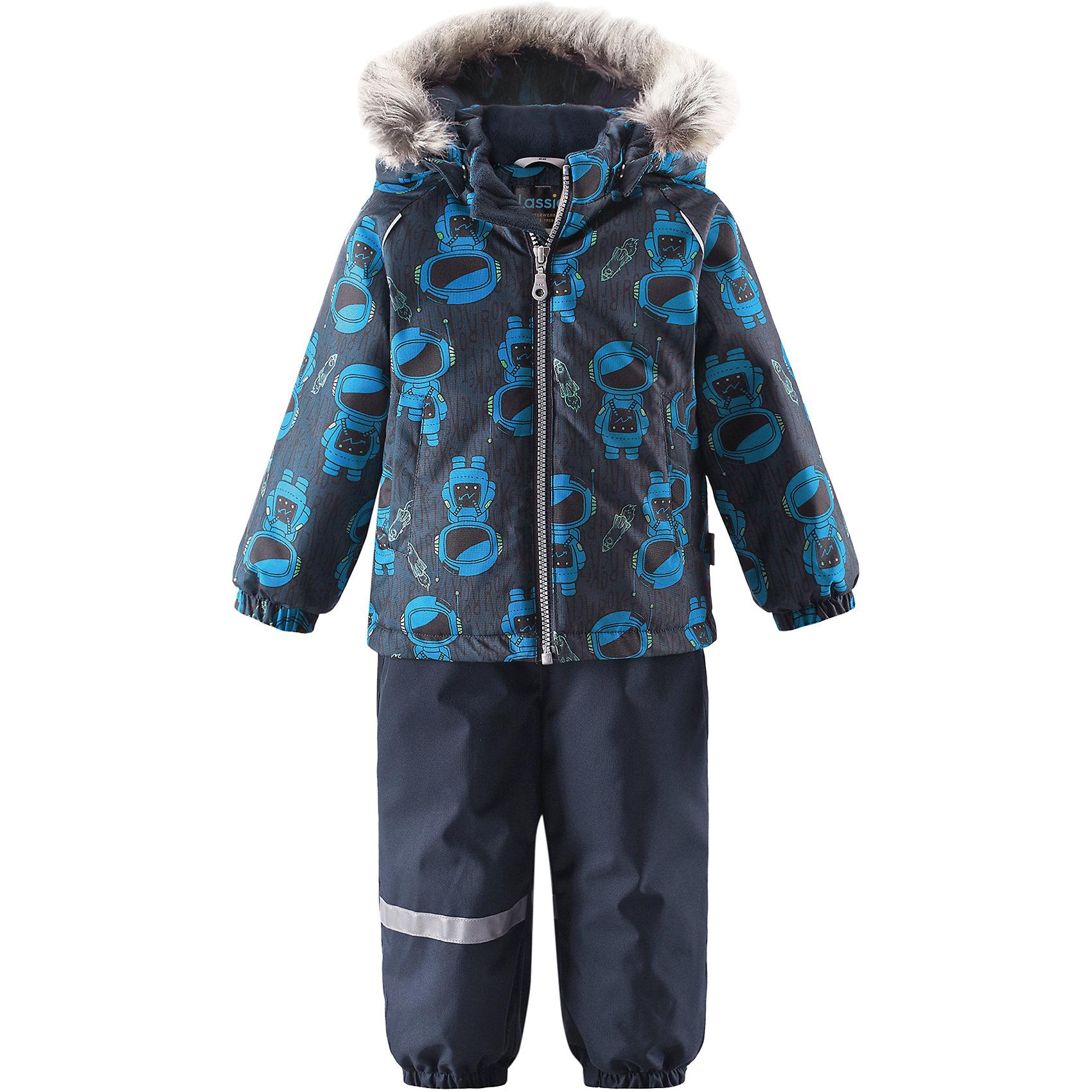 Комплект LassieОдежда<br>Характеристики товара:<br><br>• цвет: синий;<br>• состав: 100% полиэстер, полиуретановое покрытие;<br>• подкладка: 100% полиэстер;<br>• утеплитель: куртка 180 г/м2, брюки 140 г/м2;<br>• сезон: зима;<br>• температурный режим: от 0 до -20С;<br>• водонепроницаемость: 1000 мм;<br>• воздухопроницаемость: 1000 мм;<br>• износостойкость: 50000 циклов (тест Мартиндейла)<br>• застежка: молния с защитой подбородка, молния сбоку у брюк;<br>• водоотталкивающий, ветронепроницаемый и дышащий материал;<br>• сверхпрочный материал;<br>• задний серединный шов брюк проклеен;<br>• гладкая подкладка из полиэстера;<br>• безопасный съемный капюшон;<br>• съемный искусственный мех на капюшоне;<br>• эластичные манжеты;<br>• регулируемый подол;<br>• эластичные штанины;<br>• съемные эластичные штрипки;<br>• два прорезных кармана;<br>• регулируемые эластичные подтяжки;<br>• светоотражающие детали;<br>• страна бренда: Финляндия;<br>• страна изготовитель: Китай;<br><br>Этот красивый зимний комплект для малышей исполнен волшебного духа зимы, а еще он очень практичный! Комплект изготовлен из прочного, ветронепроницаемого и дышащего материала с верхним водо- и грязеотталкивающим слоем, он обеспечивает полный комфорт во время веселых прогулок. Безопасный съемный капюшон украшает стильная оторочка из искусственного меха, а регулируемый подол позволяет откорректировать куртку идеально по фигуре. Обратите внимание на удобные съемные штрипки, за счет которых брюки не будут задираться, и съемные регулируемые подтяжки – брюки не будут спадать, как ни бегай!<br><br>Комплект Lassie (Ласси) можно купить в нашем интернет-магазине.<br><br>Ширина мм: 356<br>Глубина мм: 10<br>Высота мм: 245<br>Вес г: 519<br>Цвет: синий<br>Возраст от месяцев: 24<br>Возраст до месяцев: 36<br>Пол: Унисекс<br>Возраст: Детский<br>Размер: 98,74,80,86,92<br>SKU: 6905434