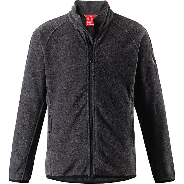 Свитер Reima Riddle для мальчикаФлис и термобелье<br>Характеристики товара:<br><br>• цвет: черный;<br>• состав: 100% полиэстер; <br>• сезон: демисезон;<br>• выводит влагу в верхние слои одежды;<br>• теплый, легкий и быстросохнущий флис;<br>• эластичные манжеты и подол;<br>• молния по всей длине с защитой подбородка;<br>• два кармана на молнии;<br>• страна бренда: Финляндия;<br>• страна изготовитель: Китай;<br><br>Эта детская флисовая куртка сшита из необыкновенно легкого и теплого микрофлиса. Материал идеально подходит для зимних активных забав, поскольку эффективно выводит влагу от кожи в верхние слои одежды и быстро сохнет. Дышащий материал не парит, сколько ни бегай. Защита для подбородка на молнии обеспечивает дополнительный комфорт и не дает поцарапаться об зубчики. Куртка украшена горячим тиснением и снабжена двумя карманами на молнии, а также эластичным подолом и манжетами.<br><br>Флисовую кофту Reima Riddle для мальчика (Рейма) можно купить в нашем интернет-магазине.<br>Ширина мм: 190; Глубина мм: 74; Высота мм: 229; Вес г: 236; Цвет: серый; Возраст от месяцев: 72; Возраст до месяцев: 84; Пол: Мужской; Возраст: Детский; Размер: 122,128,116,110,104,164,158,152,146,140,134; SKU: 6906341;