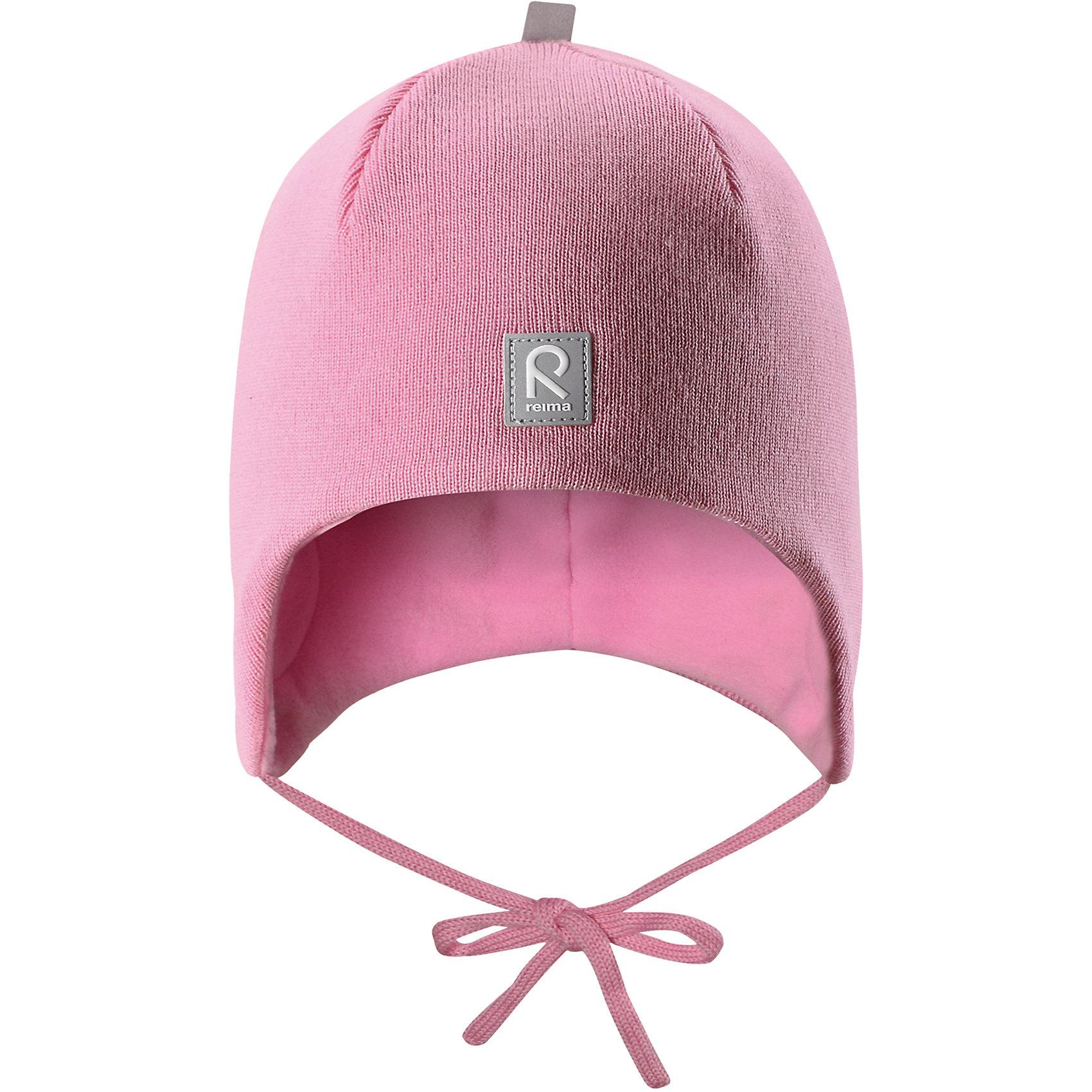 Шапка Reima AuvaШапочки<br>Характеристики товара:<br><br>• цвет: розовый;<br>• состав: 100% шерсть;<br>• подкладка: 100% полиэстер, флис;<br>• температурный режим: от 0 до -20С;<br>• сезон: зима; <br>• особенности модели: вязаная, на подкладке, на завязках;<br>• мягкая ткань из мериносовой шерсти для поддержания идеальной температуры тела;<br>• сплошная подкладка: мягкий флис;<br>• ветронепроницаемые вставки в области ушей;<br>• светоотражающая эмблема;<br>• логотип Reima спереди;<br>• страна бренда: Финляндия;<br>• страна изготовитель: Китай.<br><br>Вязаная шапка на завязках для малышей из мериносовой шерсти подарит уют в морозную погоду: мягкая подкладка из флиса обеспечит ребенку тепло и комфорт. Шерстяная шапка с флисовой подкладкой идеально подходит для маленьких любителей приключений на свежем воздухе, ведь флис быстро сохнет и выводит влагу. <br><br>За счет эластичной вязки шапка отлично сидит, а ветронепроницаемые вставки в области ушей защищают ушки от холодного ветра. Благодаря завязкам эта стильная шапка не съезжает и хорошо защищает голову. Создайте стильный теплый образ: сочетайте шапку с горловиной Star.<br><br>Шапка Auva Reima от финского бренда Reima (Рейма) можно купить в нашем интернет-магазине.<br><br>Ширина мм: 89<br>Глубина мм: 117<br>Высота мм: 44<br>Вес г: 155<br>Цвет: розовый<br>Возраст от месяцев: 36<br>Возраст до месяцев: 48<br>Пол: Унисекс<br>Возраст: Детский<br>Размер: 50,52,46,48<br>SKU: 6907041