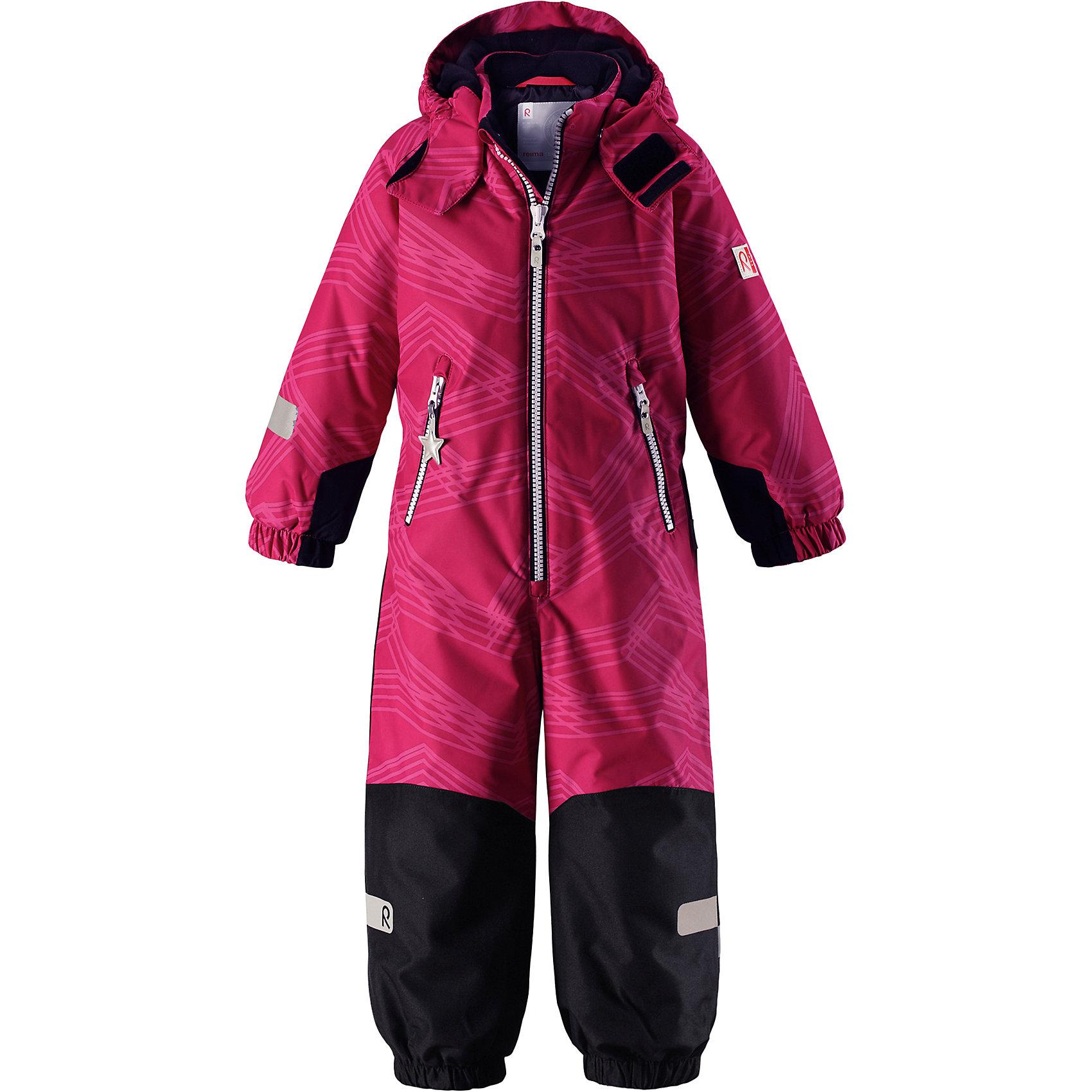 Комбинезон Reimatec® Reima SnowyВерхняя одежда<br>Характеристики товара:<br><br>• цвет: розовый;<br>• состав: 100% полиэстер;<br>• подкладка: 100% полиэстер;<br>• утеплитель: 160 г/м2<br>• температурный режим: от 0 до -20С;<br>• сезон: зима; <br>• водонепроницаемость: 8000/10000 мм;<br>• воздухопроницаемость: 7000/5000 мм;<br>• износостойкость: 30000/50000 циклов (тест Мартиндейла);<br>• водо- и ветронепроницаемый, дышащий и грязеотталкивающий материал;<br>• все швы проклеены и водонепроницаемы;<br>• прочные усиленные вставки внизу, на коленях и снизу на ногах;<br>• гладкая подкладка из полиэстера;<br>• мягкая резинка на кромке капюшона и манжетах;<br>• застежка: молния с защитой подбородка;<br>• безопасный съемный капюшон на кнопках;<br>• внутренняя регулировка обхвата талии;<br>• прочные съемные силиконовые штрипки;<br>• два кармана на молнии;<br>• светоотражающие детали;<br>• страна бренда: Финляндия;<br>• страна изготовитель: Китай.<br><br>Зимний комбинезон на молнии изготовлен из водо и ветронепроницаемого материала с водо и грязеотталкивающей поверхностью. Все швы проклеены, водонепроницаемы. Комбинезон снабжен прочными усилениями на задней части, коленях и концах брючин. В этом комбинезоне прямого кроя талия при необходимости легко регулируется, что позволяет подогнать комбинезон точно по фигуре. <br><br>Съемный капюшон защищает от пронизывающего ветра, а еще он безопасен во время игр на свежем воздухе. Кнопки легко отстегиваются, если капюшон случайно за что-нибудь зацепится. Силиконовые штрипки не дают концам брючин задираться, бегай сколько хочешь! Образ довершают мягкая резинка по краю капюшона и на манжетах, два кармана на молнии и светоотражающие детали. <br><br>Комбинезон Snowy Reimatec® Reima от финского бренда Reima (Рейма) можно купить в нашем интернет-магазине.<br><br>Ширина мм: 356<br>Глубина мм: 10<br>Высота мм: 245<br>Вес г: 519<br>Цвет: розовый<br>Возраст от месяцев: 48<br>Возраст до месяцев: 60<br>Пол: Унисекс<br>Возраст: Детский<br>Размер: 11