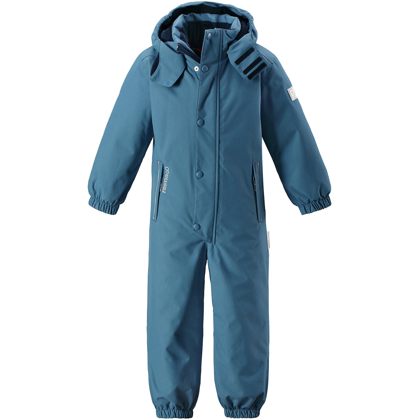 Комбинезон Reimatec® Reima KuusamoВерхняя одежда<br>Характеристики товара:<br><br>• цвет: голубой;<br>• состав: 100% полиэстер;<br>• подкладка: 100% полиэстер;<br>• утеплитель: 160 г/м2<br>• температурный режим: от 0 до -20С;<br>• сезон: зима; <br>• водонепроницаемость: 12000 мм;<br>• воздухопроницаемость: 8000 мм;<br>• износостойкость: 80000 циклов (тест Мартиндейла);<br>• водо- и ветронепроницаемый, дышащий и грязеотталкивающий материал;<br>• все швы проклеены и водонепроницаемы;<br>• гладкая подкладка из полиэстера;<br>• эластичные манжеты и пояс сзади;<br>• застежка: молния с защитой подбородка;<br>• безопасный съемный  и регулируемый капюшон на кнопках;<br>• регулируемая длина брюк с помощью кнопок;<br>• внутренняя регулировка обхвата талии;<br>• прочные съемные силиконовые штрипки;<br>• два кармана на молнии;<br>• кармана с креплением для сенсора ReimaGO®;<br>• светоотражающие детали;<br>• страна бренда: Финляндия;<br>• страна изготовитель: Китай.<br><br>Абсолютно непромокаемый детский зимний комбинезон Reimatec® с полностью проклеенными швами. Этот практичный комбинезон изготовлен из ветронепроницаемого и дышащего материала, поэтому вашему ребенку будет тепло и сухо, к тому же он не вспотеет. Комбинезон снабжен гладкой подкладкой из полиэстера. В этом комбинезоне прямого кроя талия при необходимости легко регулируется, что позволяет подогнать комбинезон точно по фигуре. А еще он снабжен эластичными манжетами на рукавах и концах брючин, которые регулируются застежкой на кнопках. <br><br>Съемный и регулируемый капюшон защищает от пронизывающего ветра, а еще он безопасен во время игр на свежем воздухе. Кнопки легко отстегиваются, если капюшон случайно за что-нибудь зацепится. Съемные и регулируемые силиконовые штрипки не дают концам брючин выбиваться из обуви, бегай сколько хочешь! Два кармана на молнии и специальный карман с кнопками для сенсора ReimaGO®. Материал имеет грязеотталкивающую поверхность, и при этом его можно сушить в сушильной машине. Светоотражаю