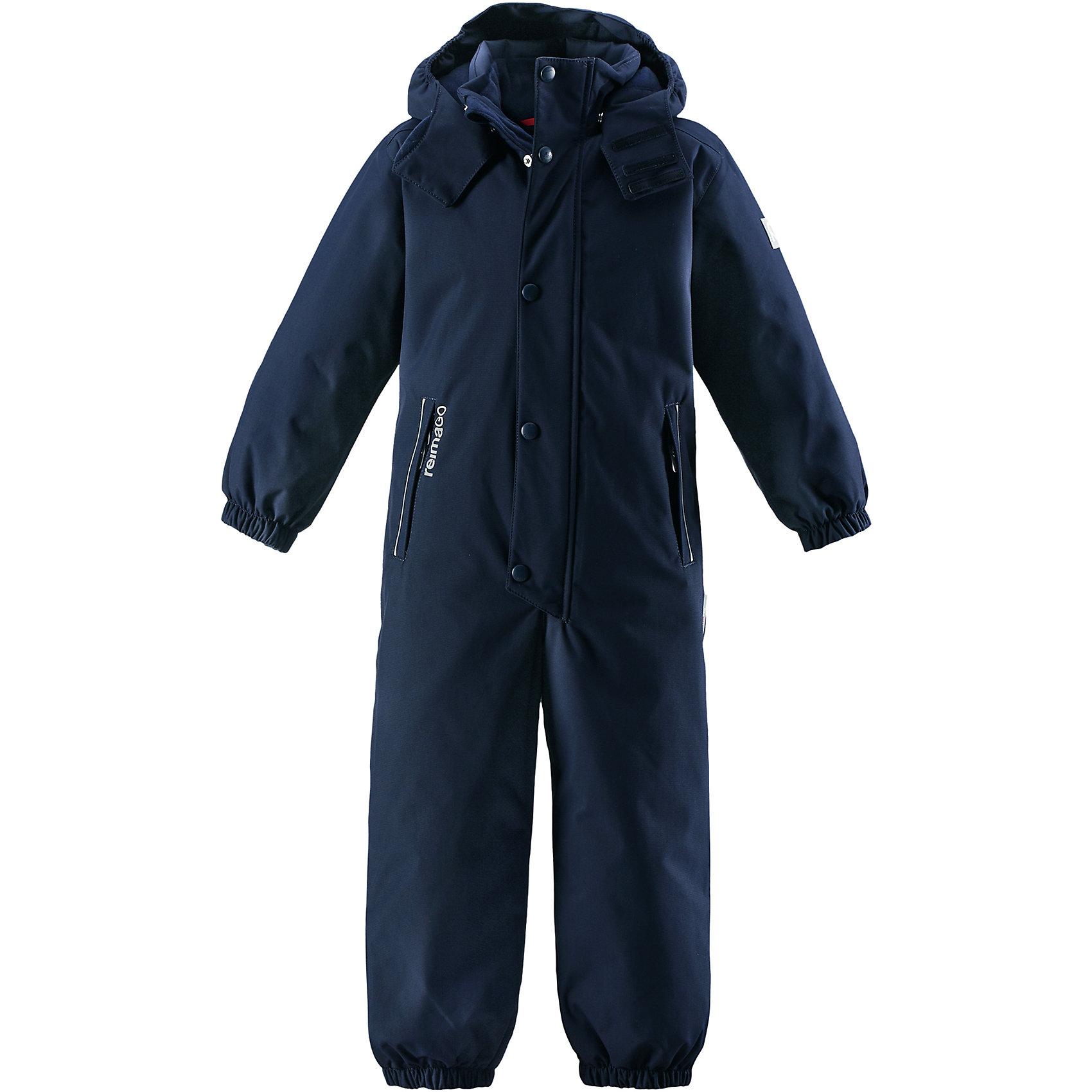 Комбинезон Reimatec® Reima KuusamoКомбинезоны<br>Характеристики товара:<br><br>• цвет: синий;<br>• состав: 100% полиэстер;<br>• подкладка: 100% полиэстер;<br>• утеплитель: 160 г/м2<br>• температурный режим: от 0 до -20С;<br>• сезон: зима; <br>• водонепроницаемость: 12000 мм;<br>• воздухопроницаемость: 8000 мм;<br>• износостойкость: 80000 циклов (тест Мартиндейла);<br>• водо- и ветронепроницаемый, дышащий и грязеотталкивающий материал;<br>• все швы проклеены и водонепроницаемы;<br>• гладкая подкладка из полиэстера;<br>• эластичные манжеты и пояс сзади;<br>• застежка: молния с защитой подбородка;<br>• безопасный съемный  и регулируемый капюшон на кнопках;<br>• регулируемая длина брюк с помощью кнопок;<br>• внутренняя регулировка обхвата талии;<br>• прочные съемные силиконовые штрипки;<br>• два кармана на молнии;<br>• кармана с креплением для сенсора ReimaGO®;<br>• светоотражающие детали;<br>• страна бренда: Финляндия;<br>• страна изготовитель: Китай.<br><br>Абсолютно непромокаемый детский зимний комбинезон Reimatec® с полностью проклеенными швами. Этот практичный комбинезон изготовлен из ветронепроницаемого и дышащего материала, поэтому вашему ребенку будет тепло и сухо, к тому же он не вспотеет. Комбинезон снабжен гладкой подкладкой из полиэстера. В этом комбинезоне прямого кроя талия при необходимости легко регулируется, что позволяет подогнать комбинезон точно по фигуре. А еще он снабжен эластичными манжетами на рукавах и концах брючин, которые регулируются застежкой на кнопках. <br><br>Съемный и регулируемый капюшон защищает от пронизывающего ветра, а еще он безопасен во время игр на свежем воздухе. Кнопки легко отстегиваются, если капюшон случайно за что-нибудь зацепится. Съемные и регулируемые силиконовые штрипки не дают концам брючин выбиваться из обуви, бегай сколько хочешь! Два кармана на молнии и специальный карман с кнопками для сенсора ReimaGO®. Материал имеет грязеотталкивающую поверхность, и при этом его можно сушить в сушильной машине. Светоотражающие д